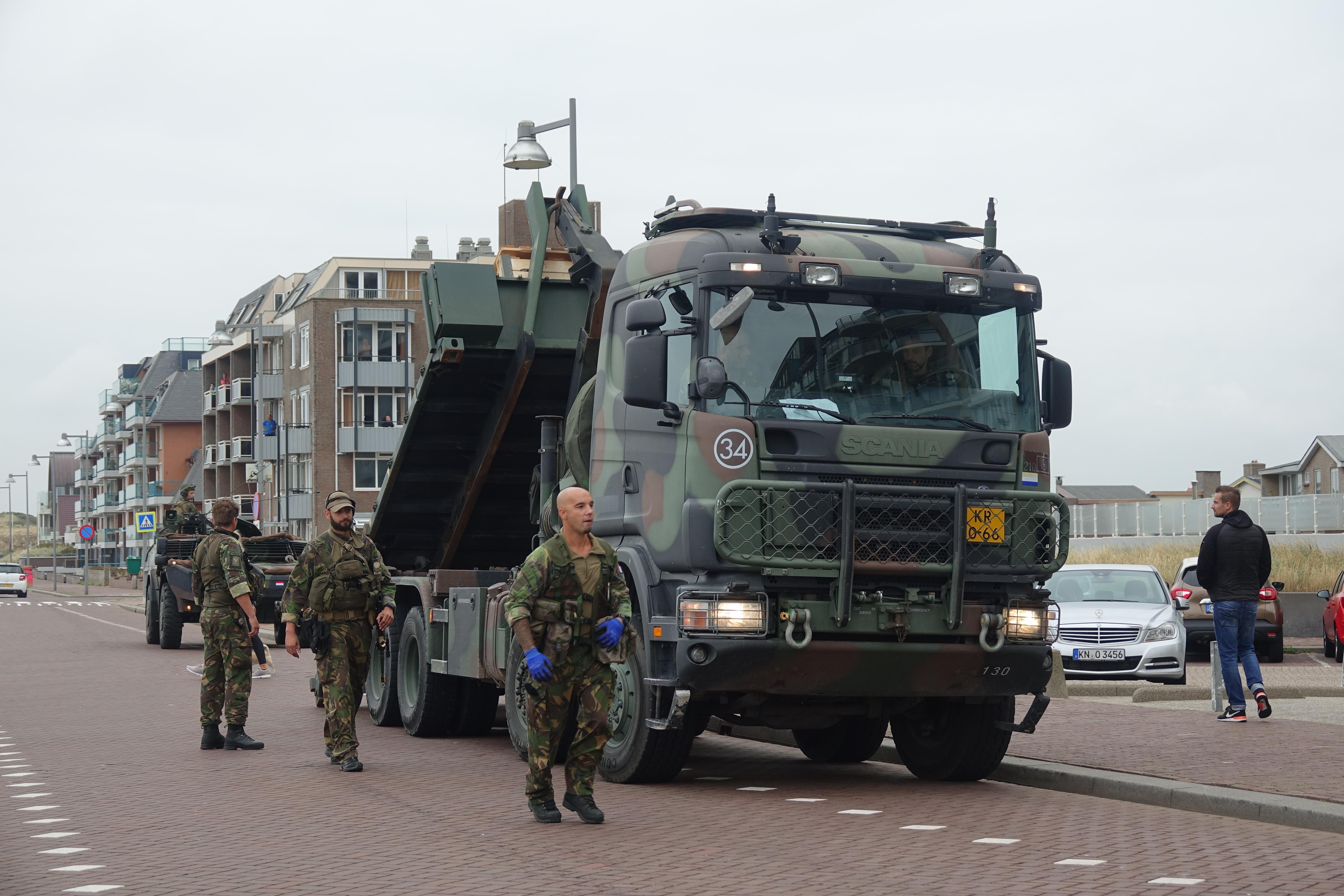 Landmacht oefent op boulevard van Egmond aan Zee