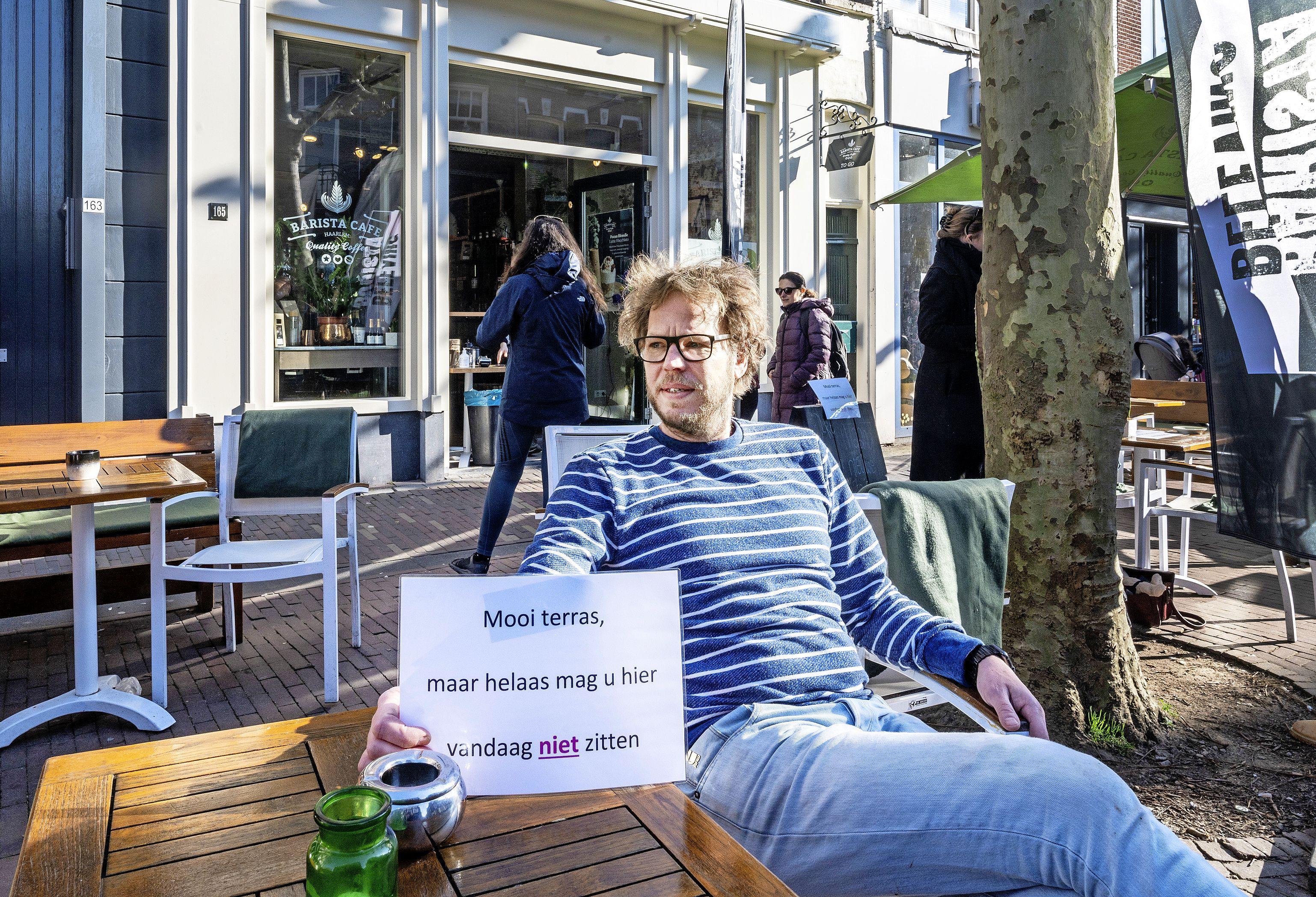 Terrassen dicht, maar toch protest Barista Café in Grote Houtstraat: 'Terras open, maar niemand mag hier zitten'