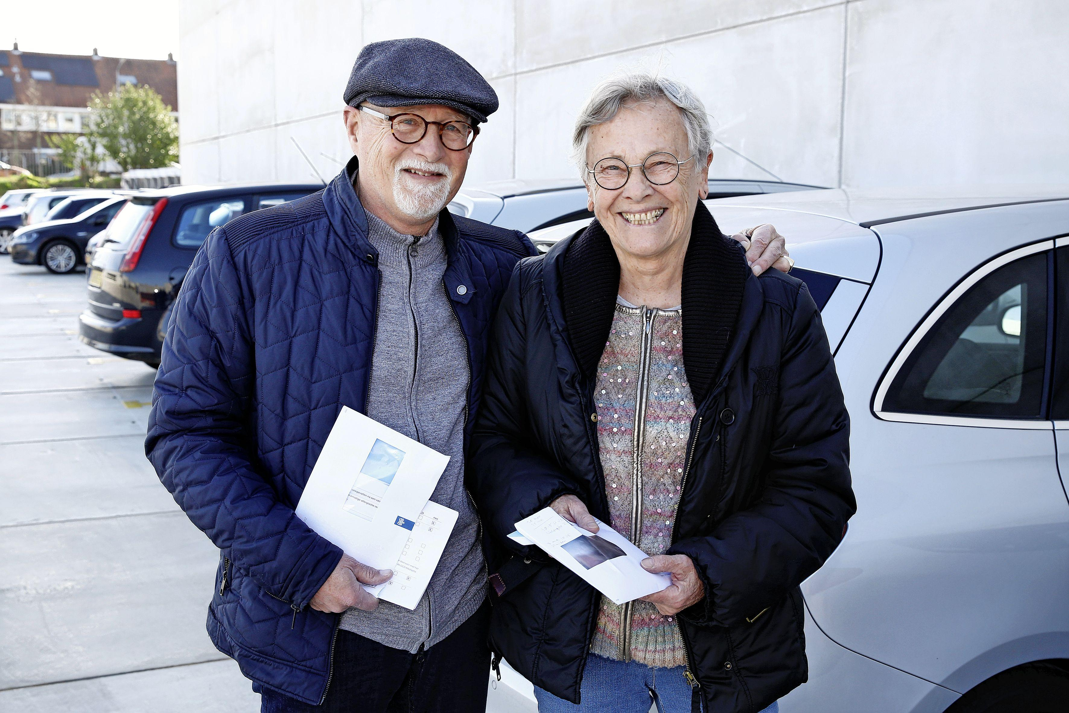 Hans en Ria hebben hun prik binnen. Tweede vaccinatiepaviljoen van Gooise GGD in Hilversum is open. 'Het ging soepel, je voelt er niks van'