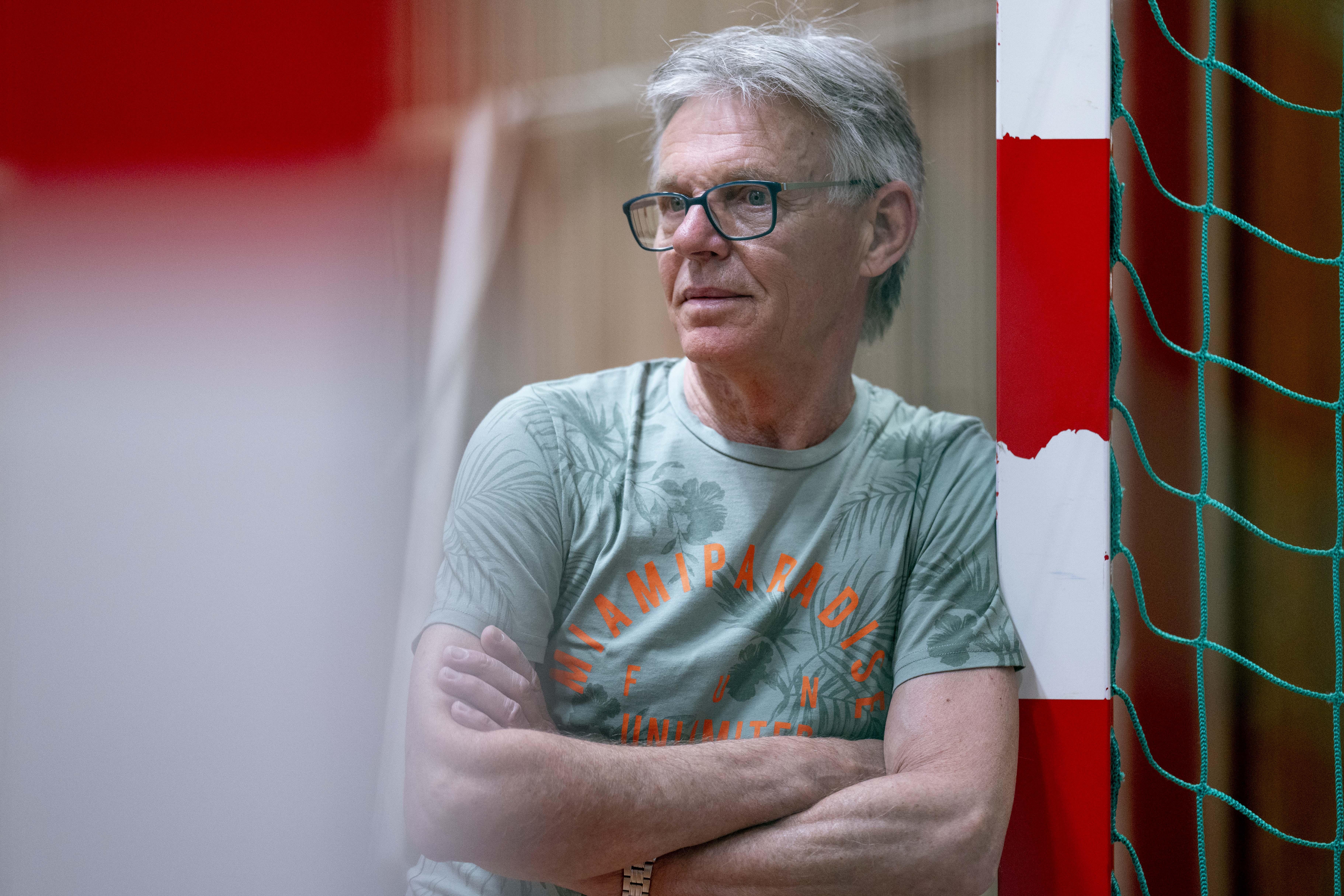 'Ik trouwde en zei tegen mijn vrouw dat zolang ik kon voetballen, dat op één kwam.' Johan Gast (67) speelde niet lang geleden zijn laatste wedstrijd