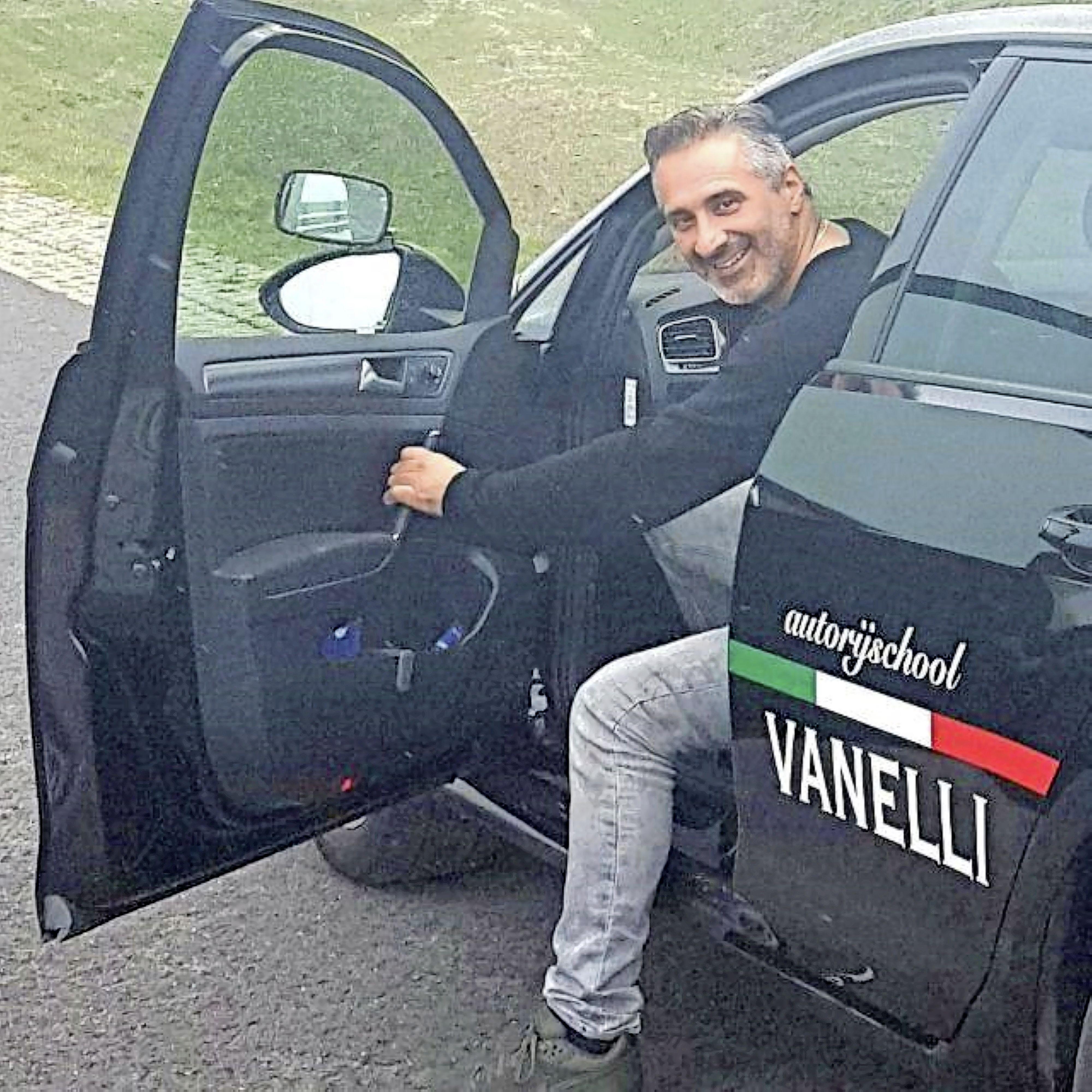 Diego Vanelli heeft nog nooit van Afke en haar gezin gehoord, maar hij helpt ze hun gestolen camper terugvinden. 'Tussen het rijles geven door ben ik constant gaan bellen. Ik heb door de adrenaline geen oog dicht gedaan'