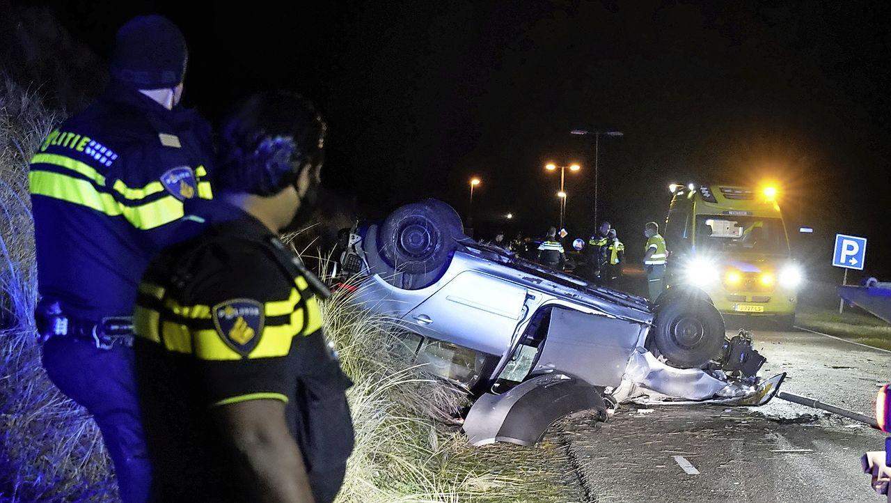 Auto met vier inzittenden vliegt over de kop bij ongeval in Julianadorp