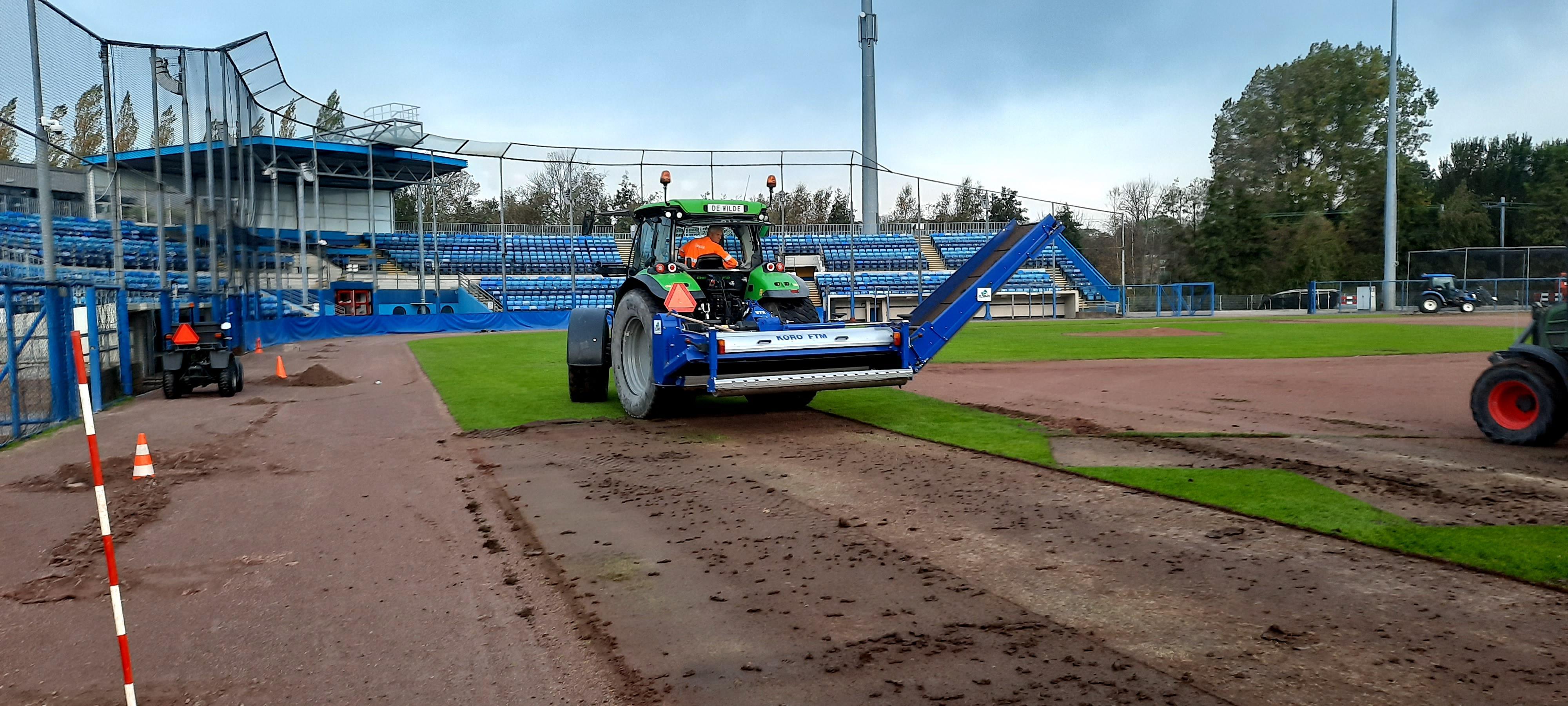 Voor het eerst sinds de opening in 1960 gaat gravel van Pim Mulier Stadion eruit