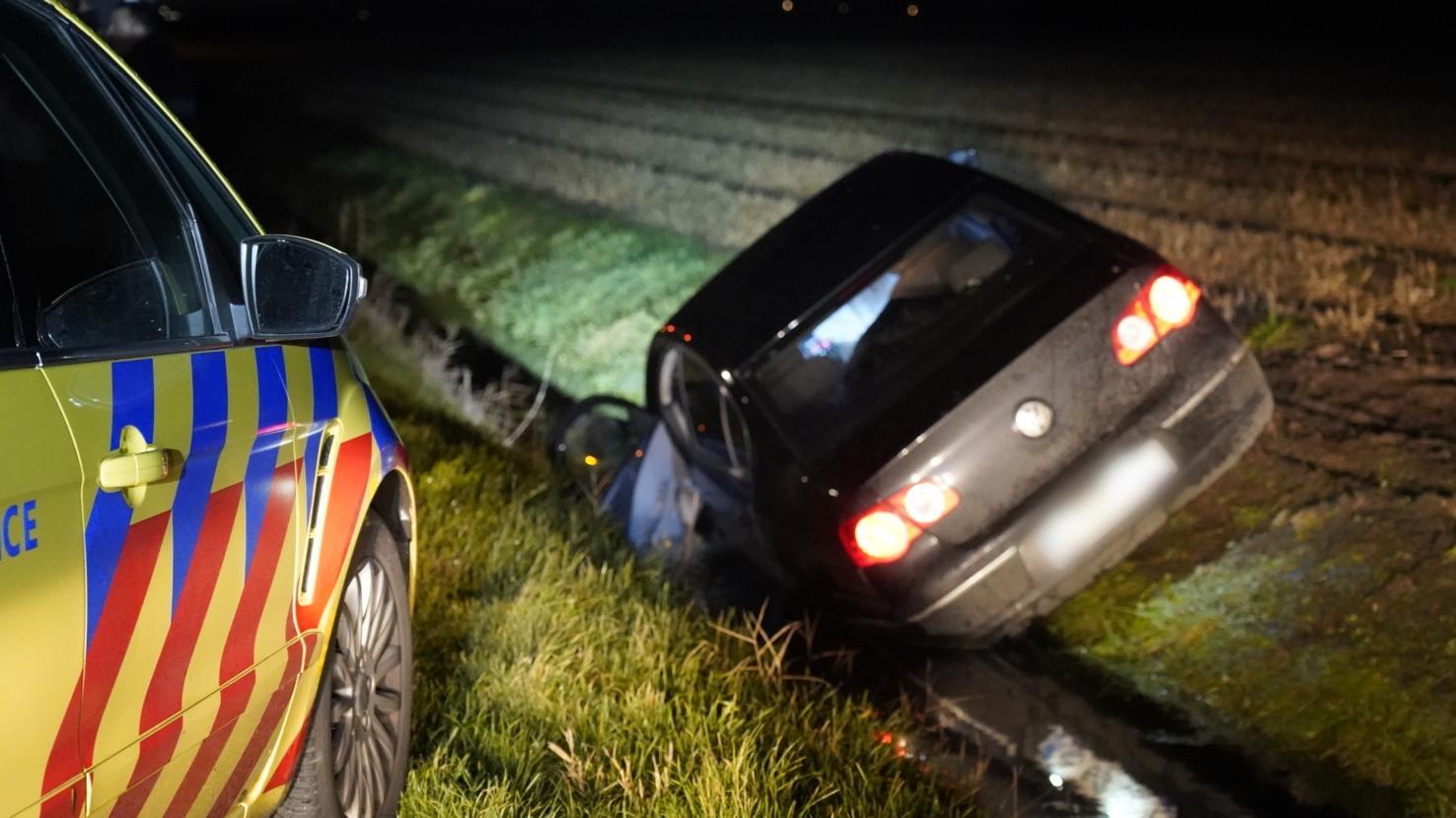 Auto belandt in sloot bij eenzijdig ongeluk in Callantsoog