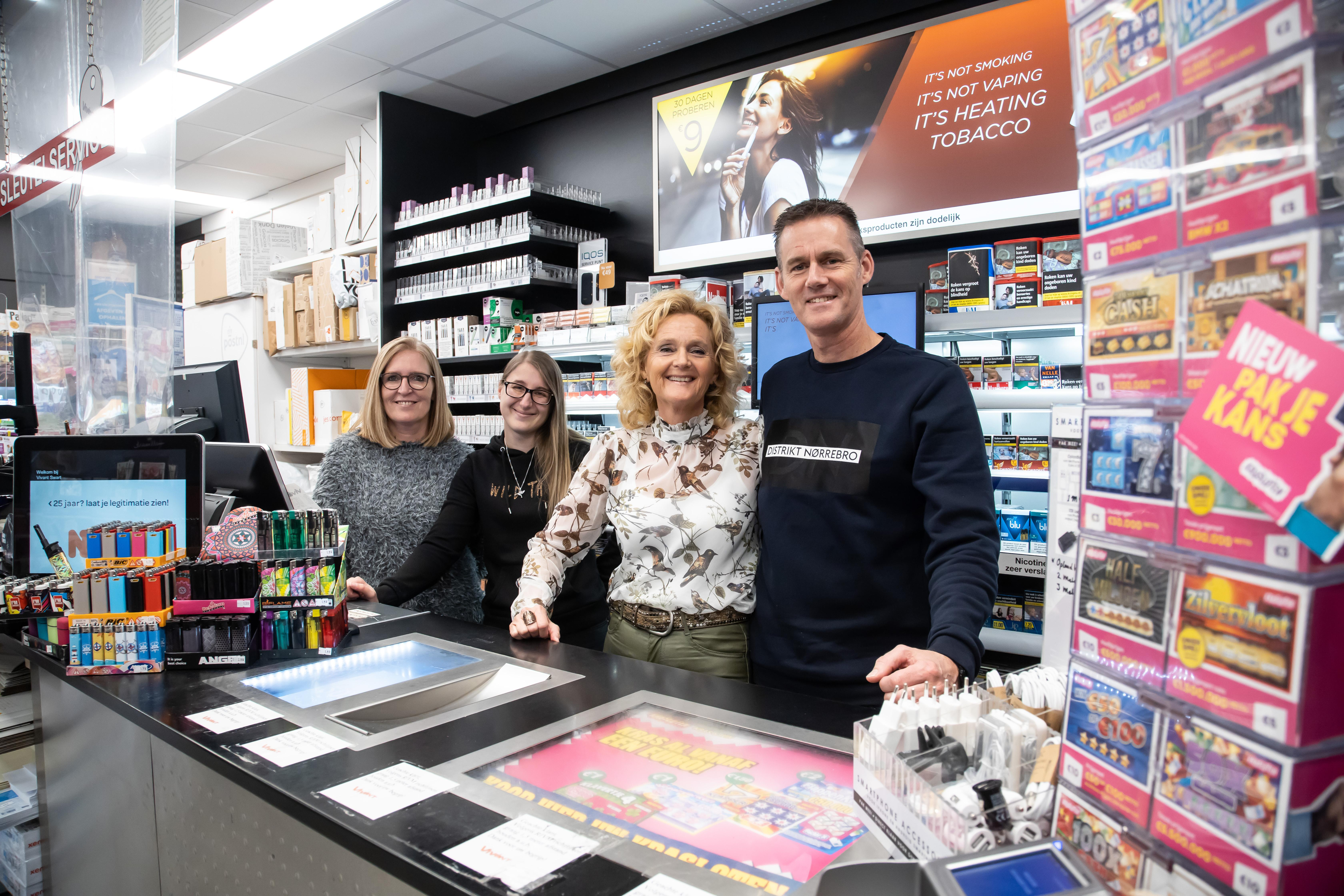 Sandra en Paul Swart na 33 jaar uit tabakshop in de Grote Beer in Hoorn. 'Grote Waal is als een warm thuis'