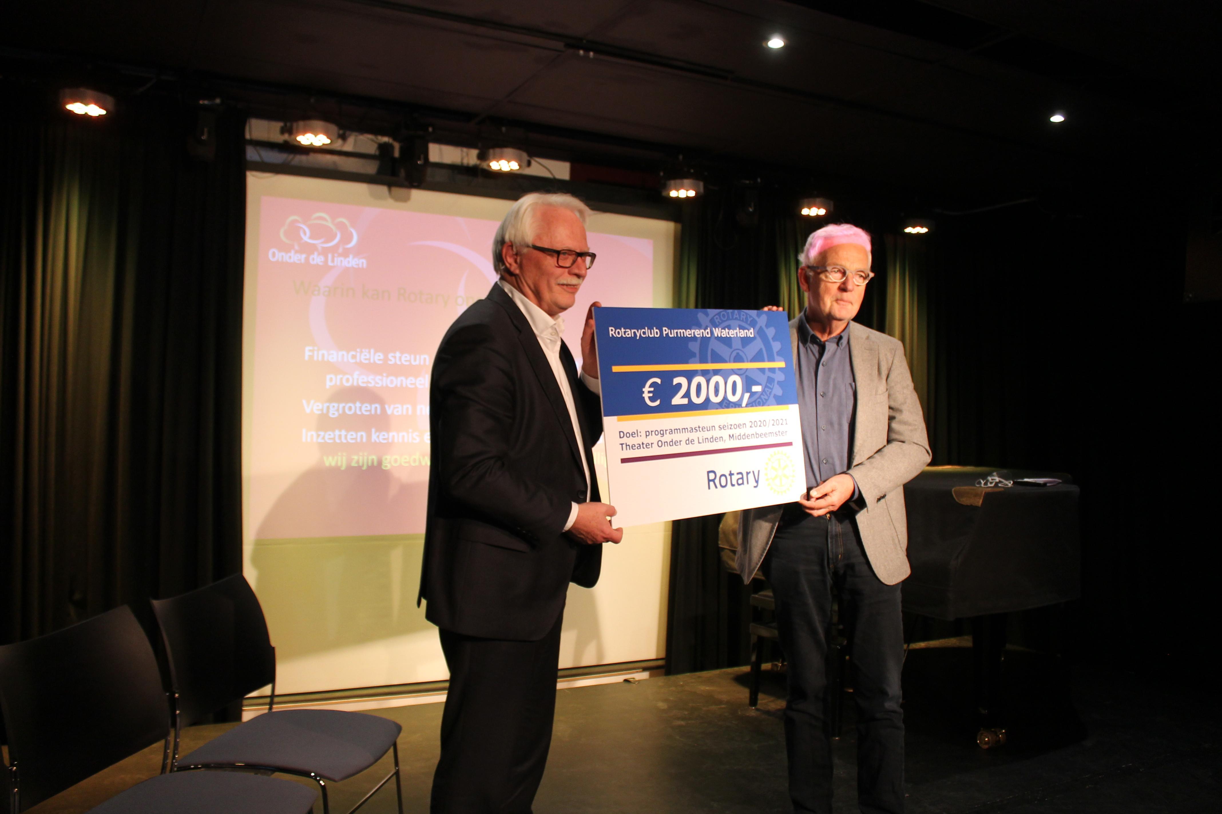 Cheque van 2000 euro van Rotaryclub Purmerend-Waterland voor Beemster theater Onder de Linden: 'Kunnen weer vooruit'