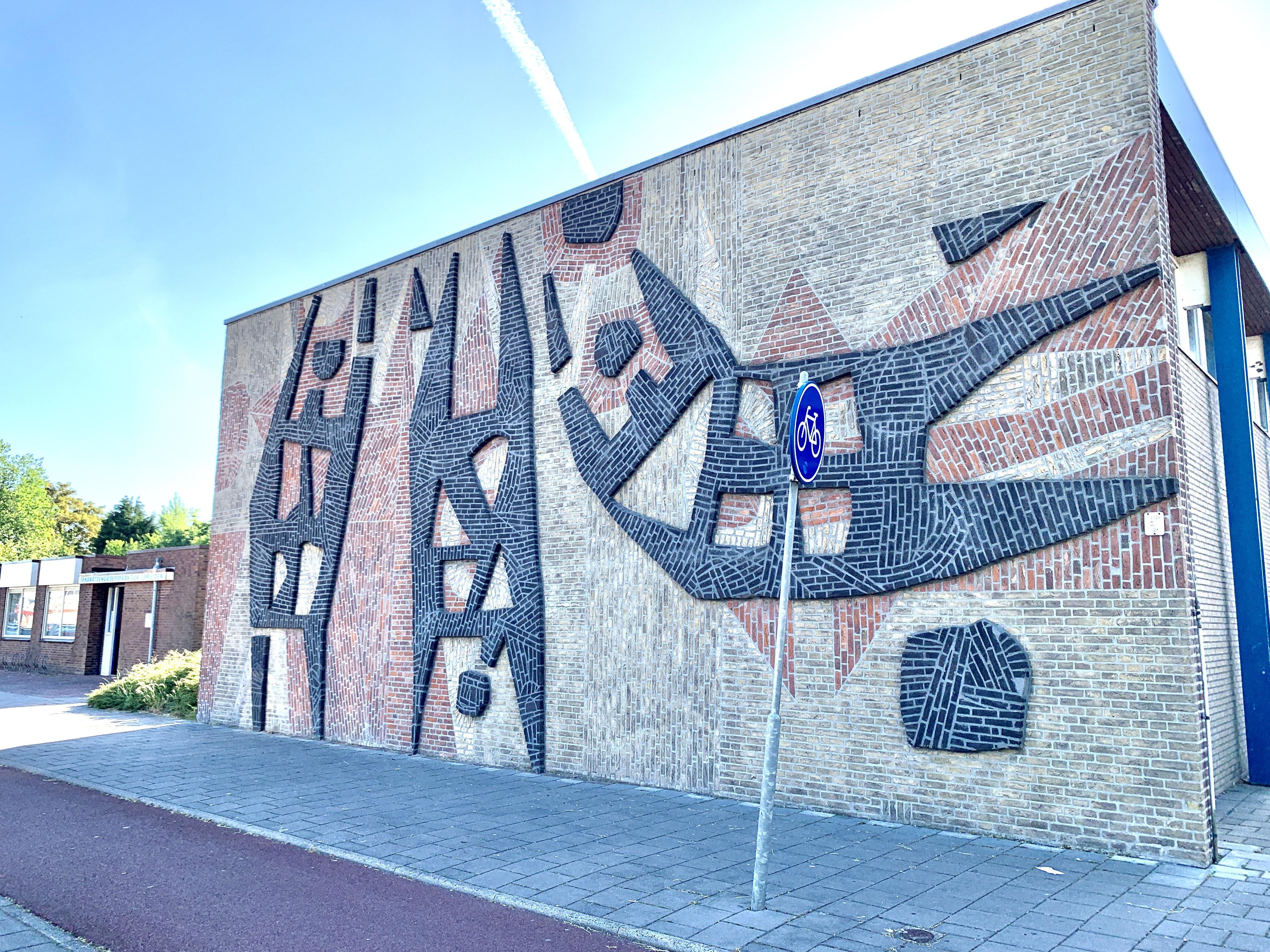 Toch hoop voor kunstwerk Bouke Ylstra. Gemeente Velsen noemt opnieuw metselen 'interessante oplossing'