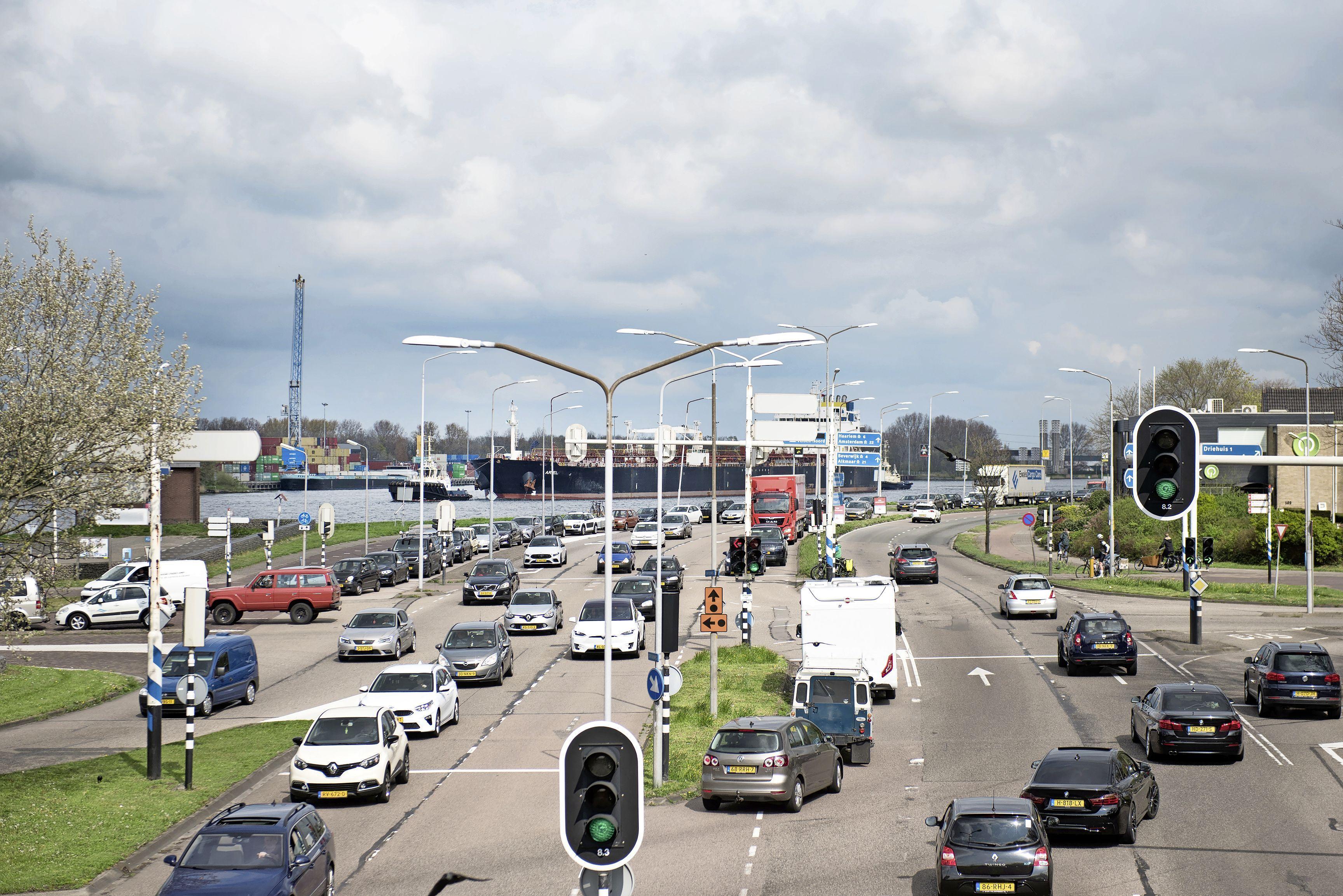 Enorme verkeersdrukte bij pont door gesloten Velsertunnel