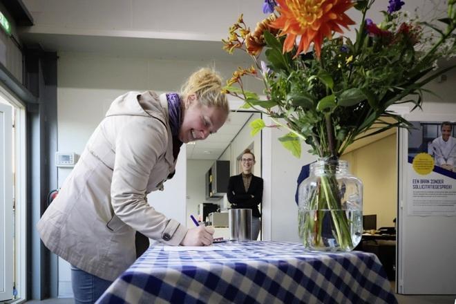 Lange wachtlijst voor baan bij koekfabriek van Patisserie Pater. Bedrijf stopt daarom tijdelijk met 'open hiring'