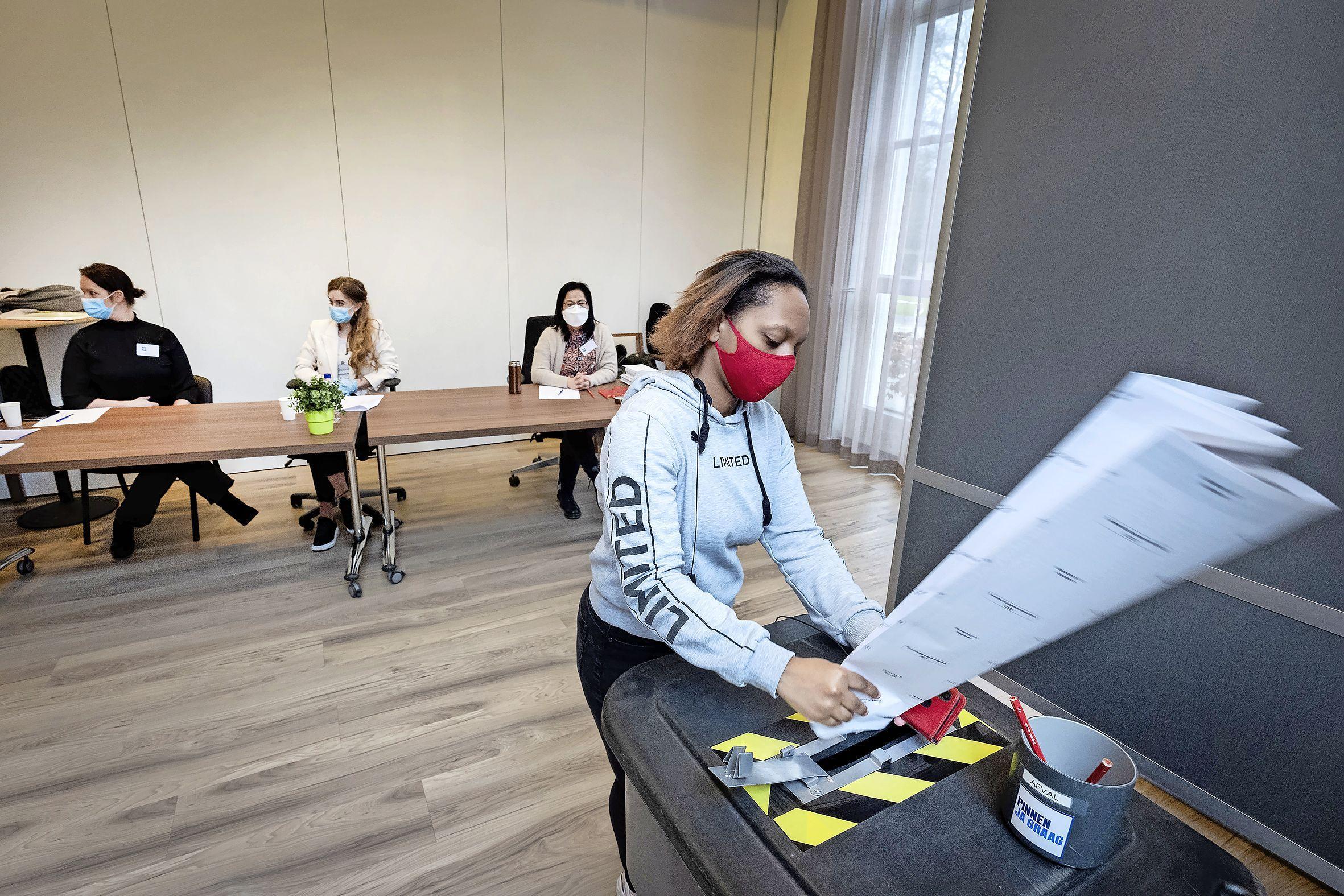 Hartekamp Groep stemt voor het eerst op eigen terrein. 'Met glibberhanden van de ontsmettingsgel kun je dat potlood niet vasthouden'
