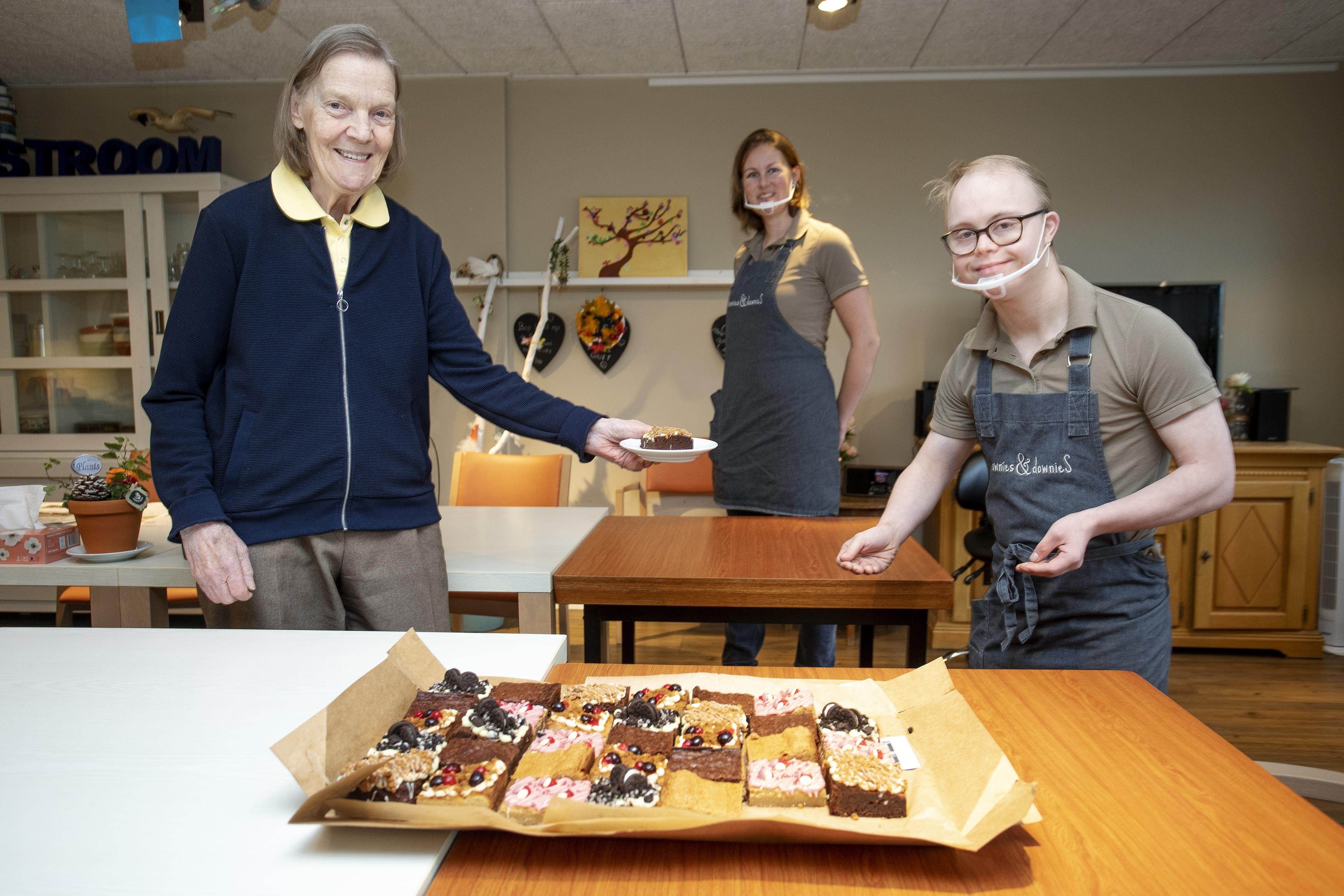 Brownies en downieS brengt de mensen van Ontmoetingscentrum Zeestroom in IJmuiden wat lekkers voor bij de koffie