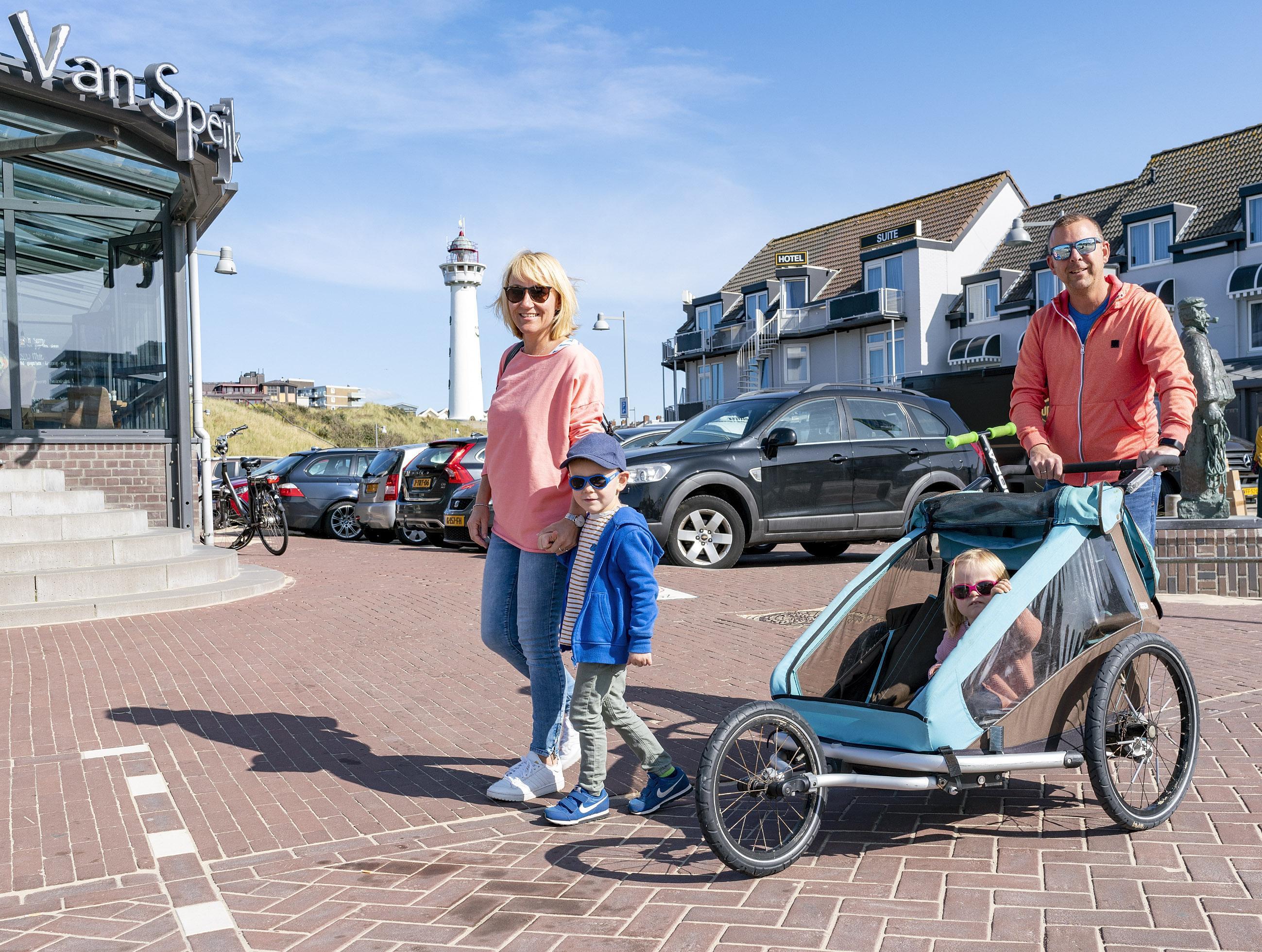 Duitse toeristen blijven ondanks code rood genieten in Egmond. Tja, ze zijn er nu toch al. En de verwachte gasten die nu massaal hun hotelverblijf annuleren? 'Die gaten worden wel gevuld, vraag genoeg'