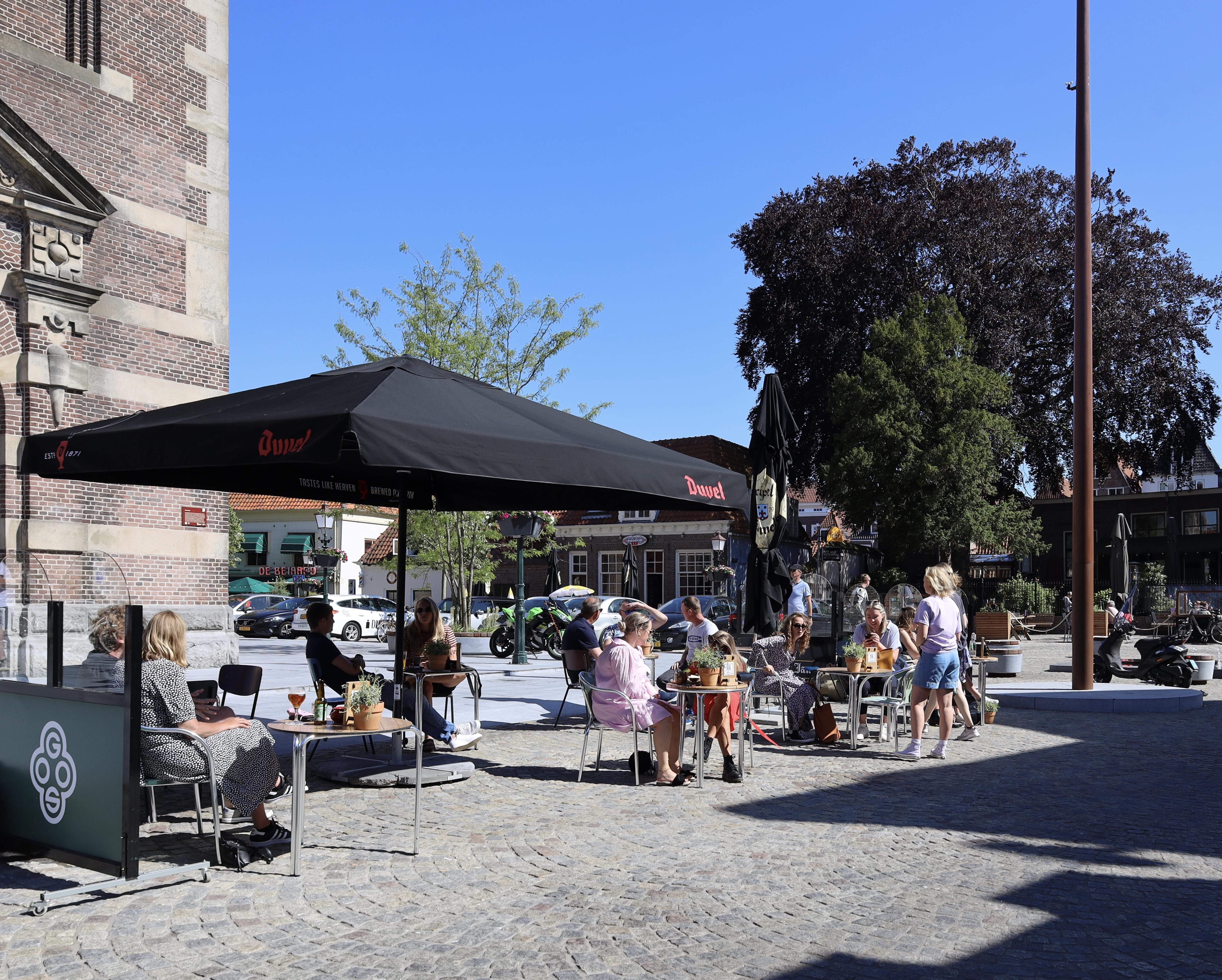 Horecazaken op Kerkplein hopen dat hun tijdelijke terrassen ook na corona mogen blijven. 'Het zou een groot gemis zijn als ze weer moeten verdwijnen'