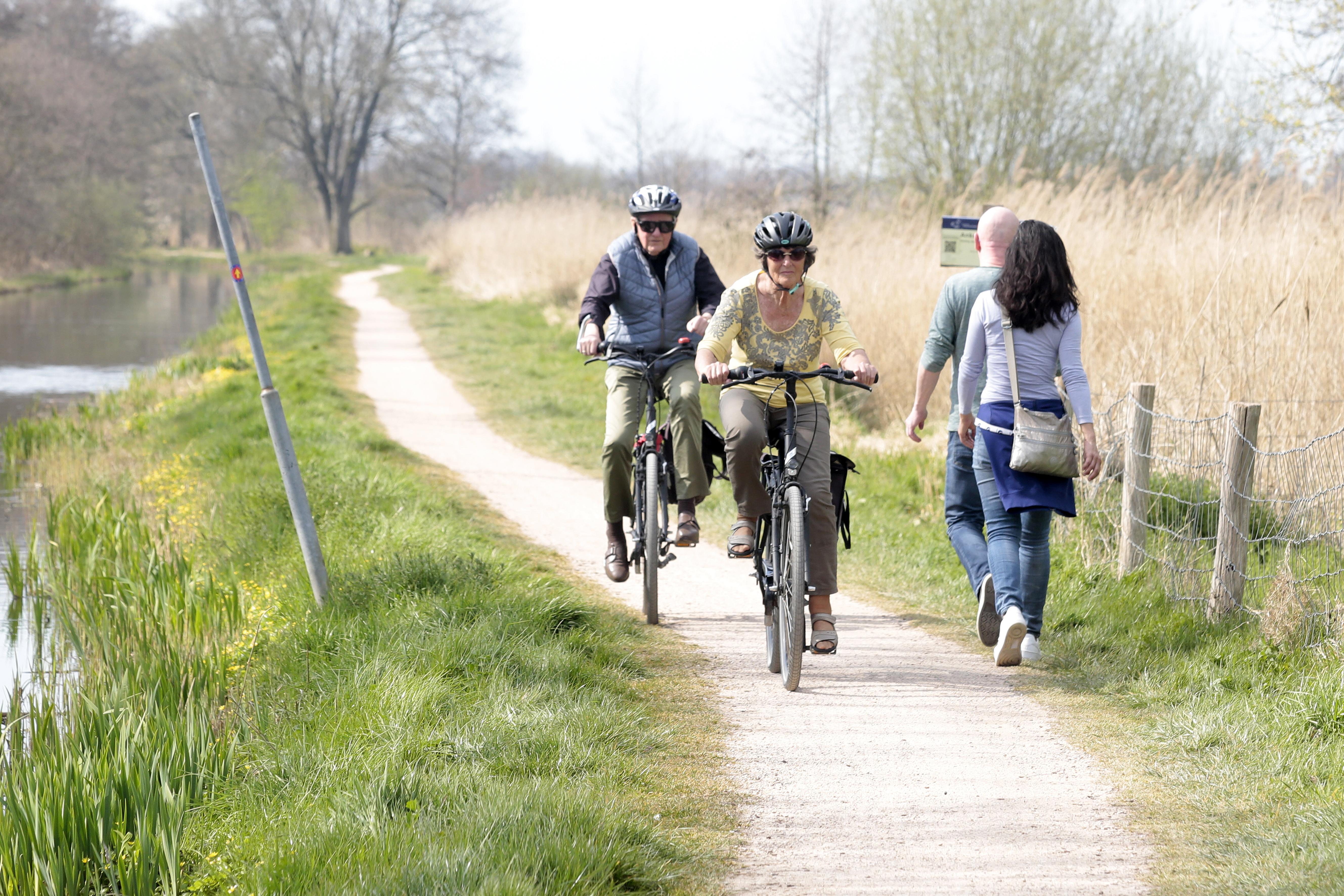 Ergernis over drukte op smalste natuurpad in de regio, gemeente Wijdemeren grijpt met Pasen in