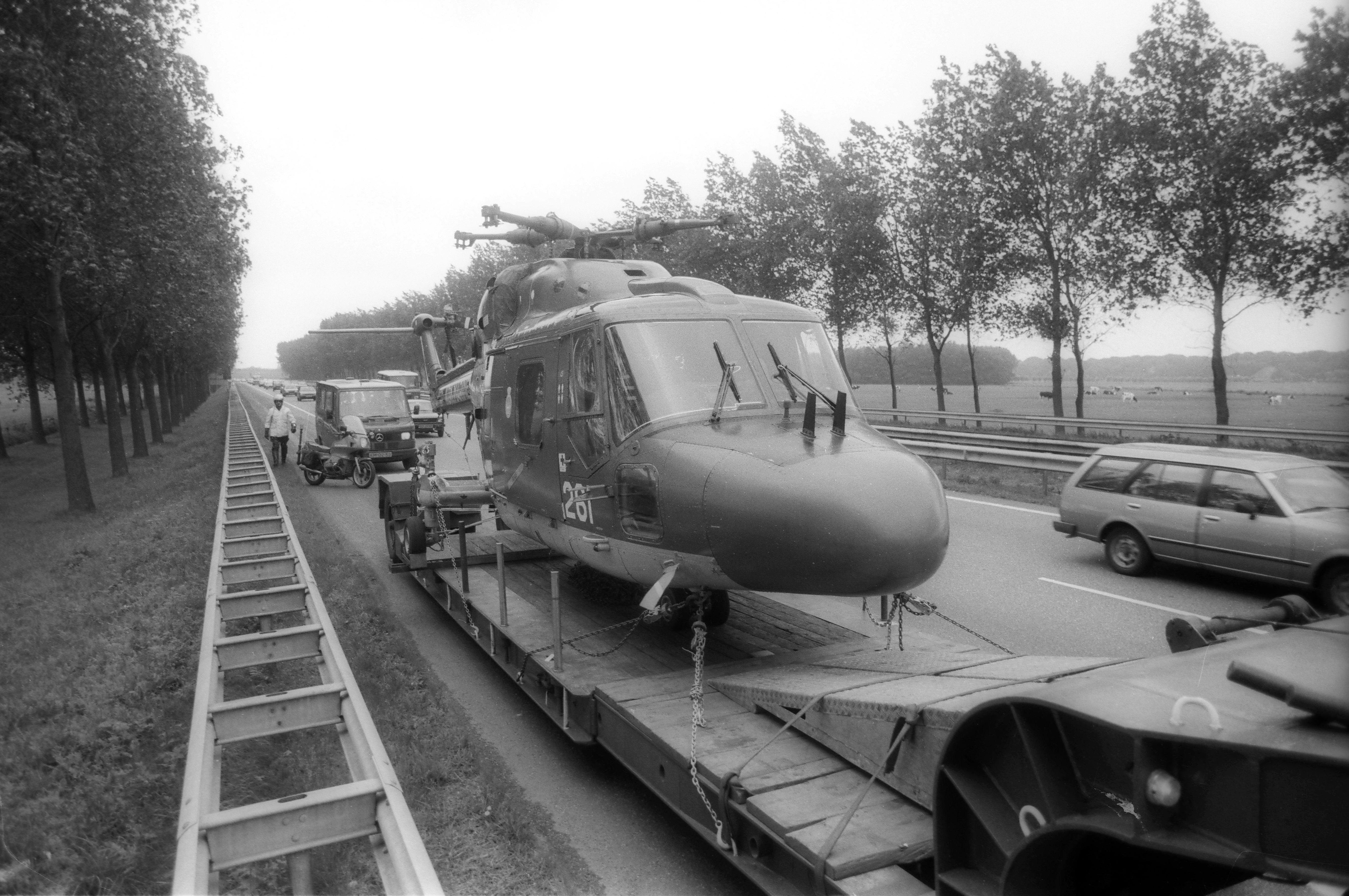 Huh? Een helikopter op de snelweg? De Lynx van de marine moest een noodlanding maken
