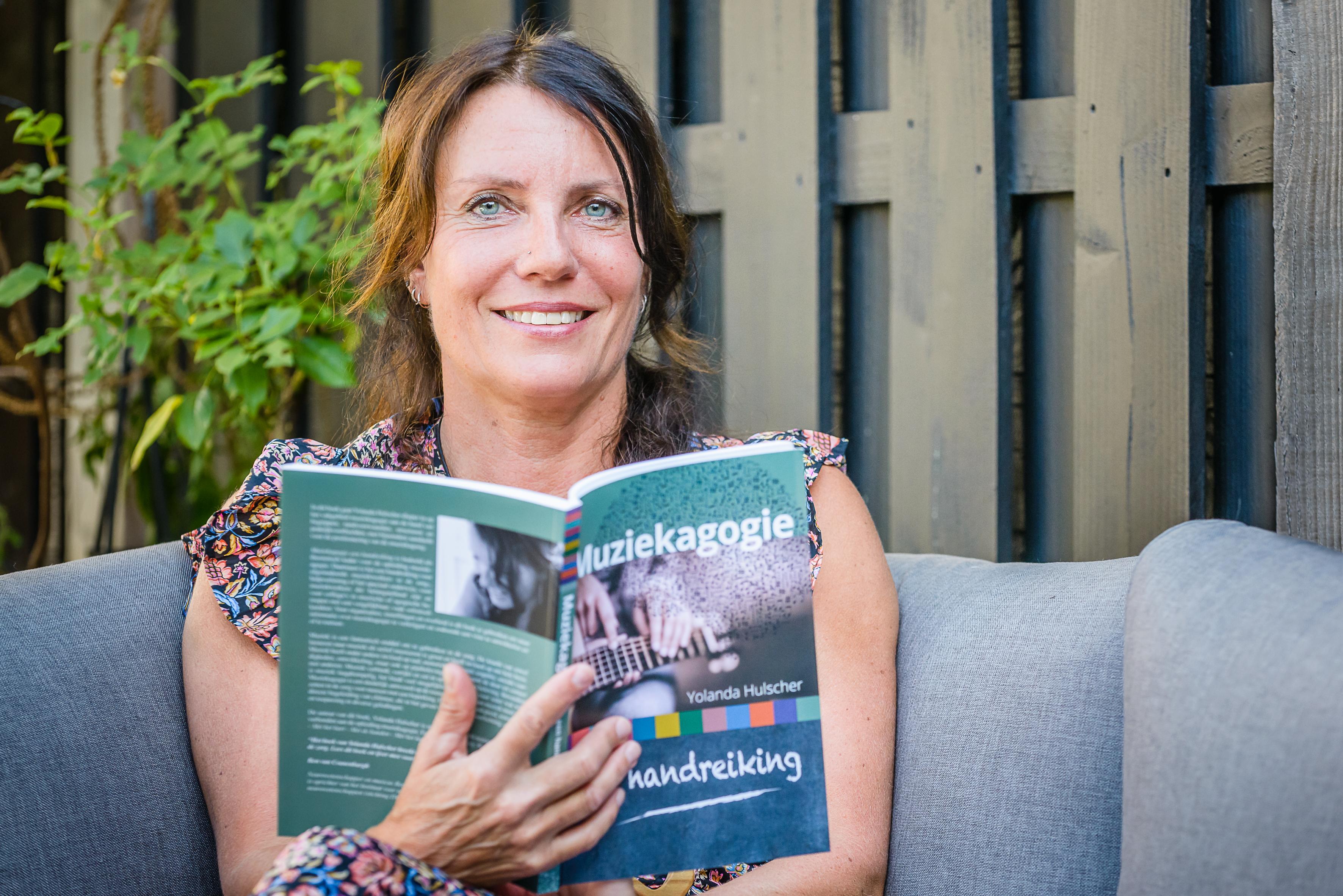 'Met mijn gitaar en zang ga ik op zoek naar de mens achter de beperking'; Yolanda Hulscher uit Edam schreef boek over muziekagogie, oftewel muziek als medicijn