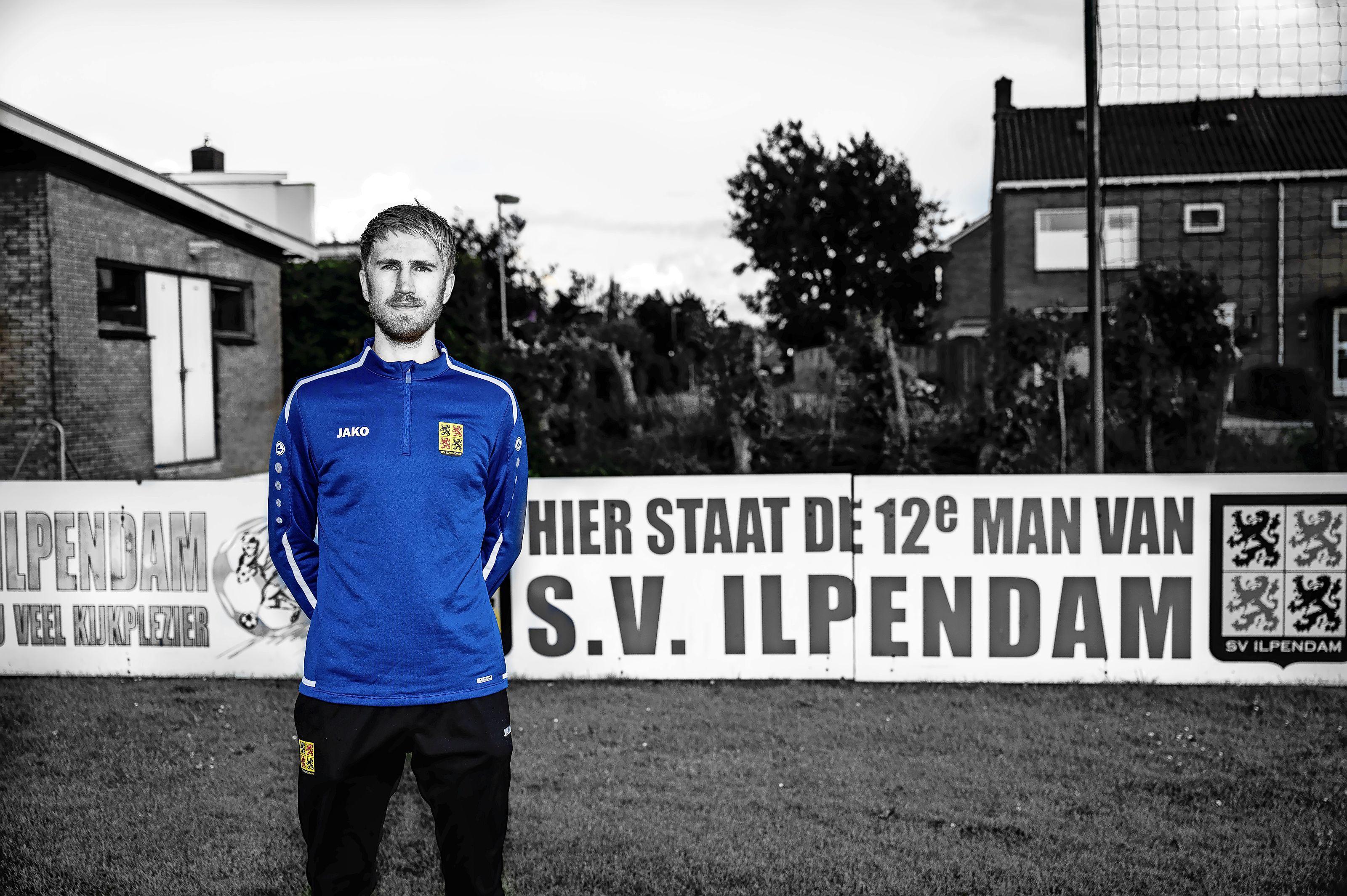 Lars (26) maakt een bijzondere overstap: van het American Footballer naar 'ons' voetbal. 'Voorlopig is snelheid nog mijn enige wapen'