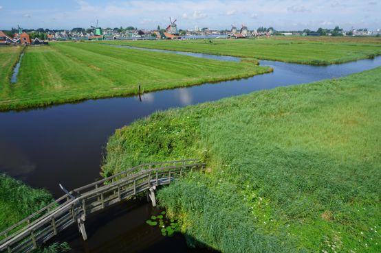 Staanders van bruggen Schanszichtpad in Zaandam rotten weg, het risico op letsel is groot, daarom is het pad afgesloten [video]