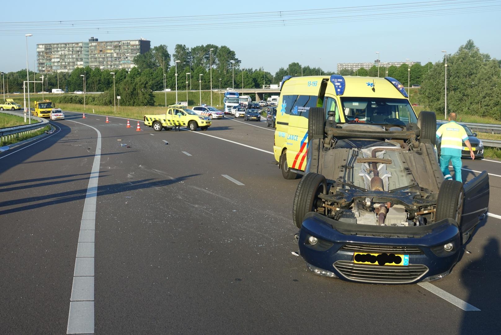 Auto over de kop bij knooppunt Zaandam, afslag naar A7 richting Purmerend korte tijd afgesloten [update, video]