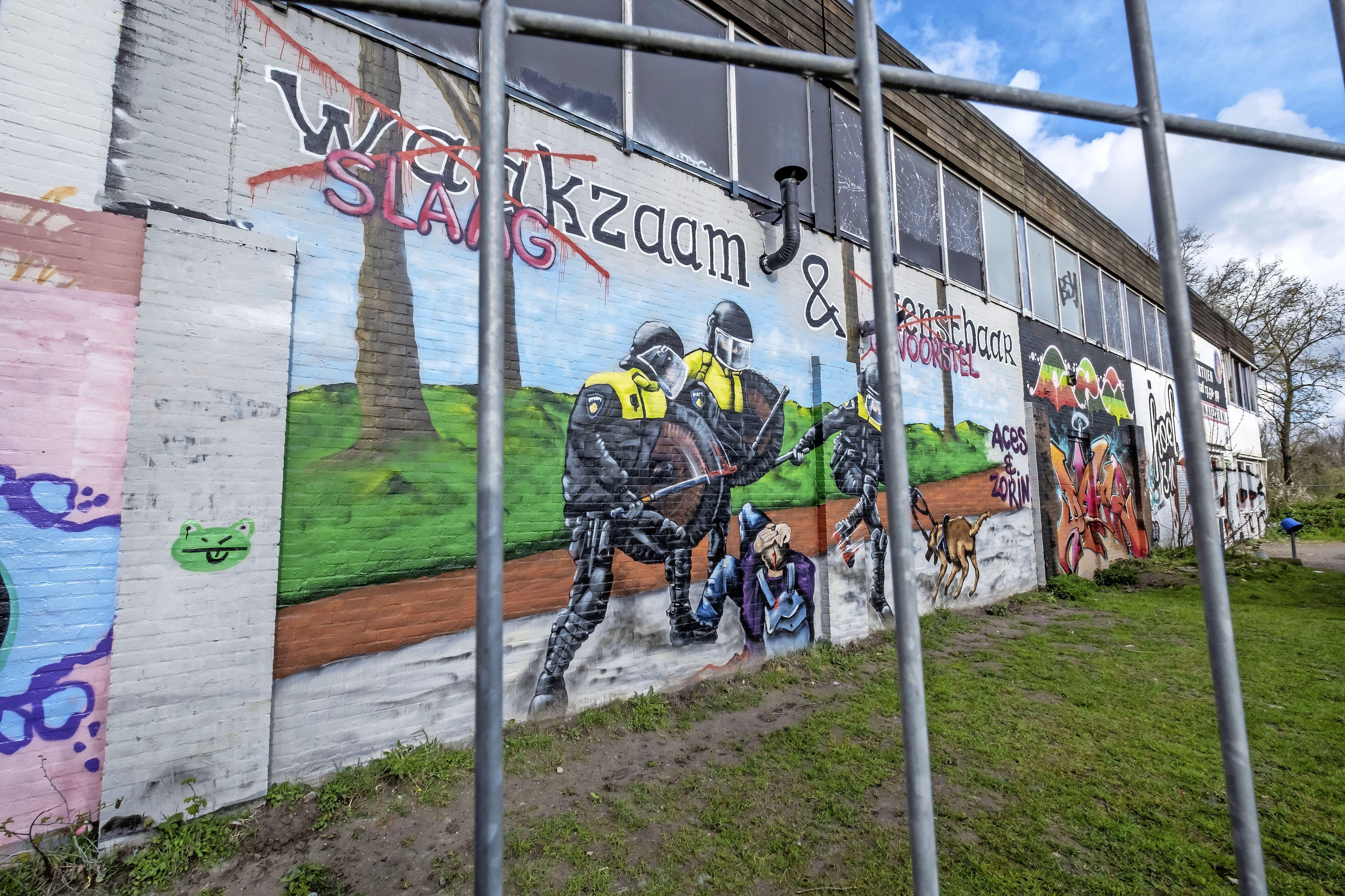 'Slaagzaam & Onvoorstelbaar' in plaats van het politiemotto 'Waakzaam & Dienstbaar'. Kritiek op politieoptreden in kolossaal graffitiwerk op buitenmuur leegstaand pand Koelmalaan