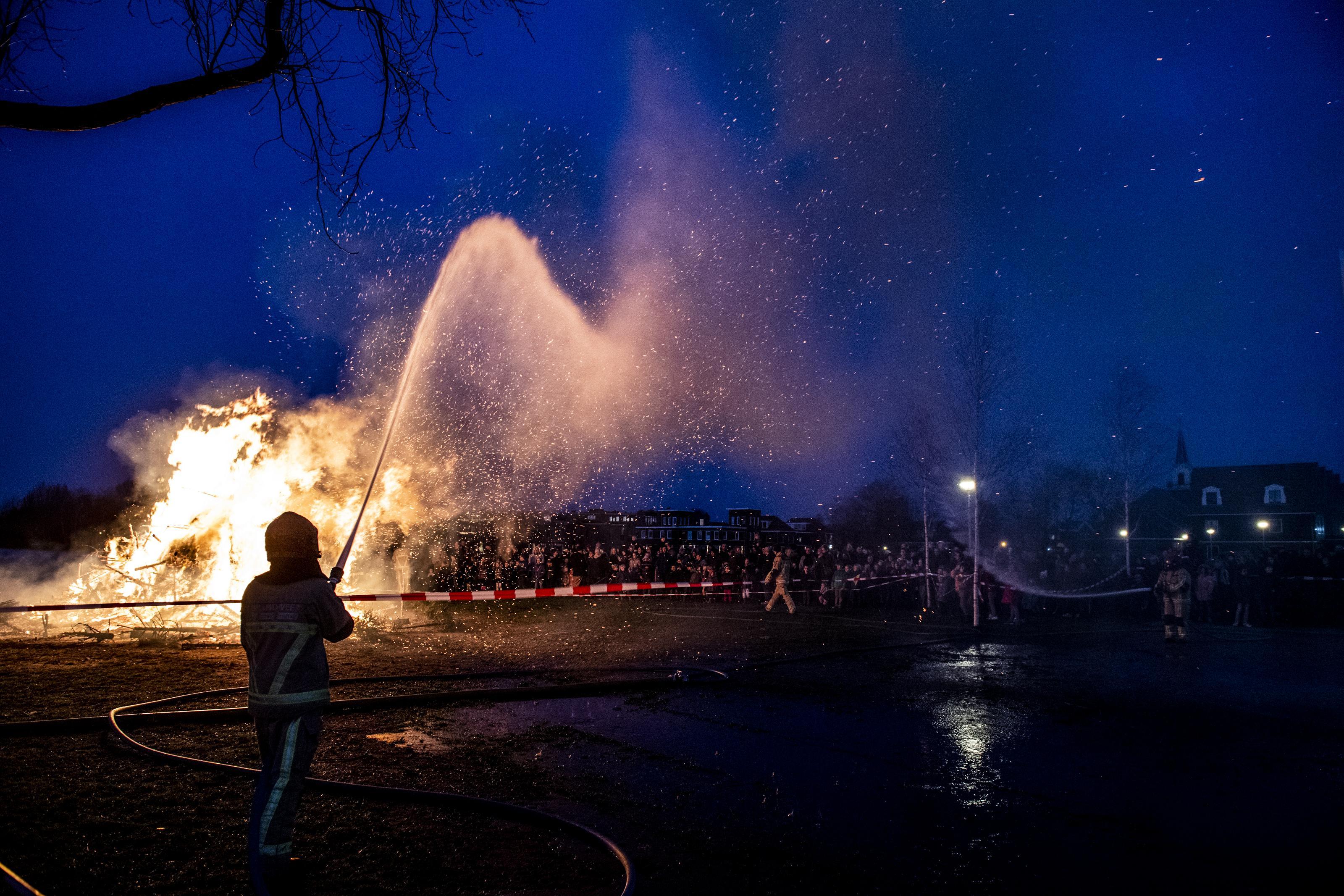 Geen vreugdevuur meer in Monnickendam en in Landsmeer voor het laatst; kerstboombrand steeds vaker taboe in regio