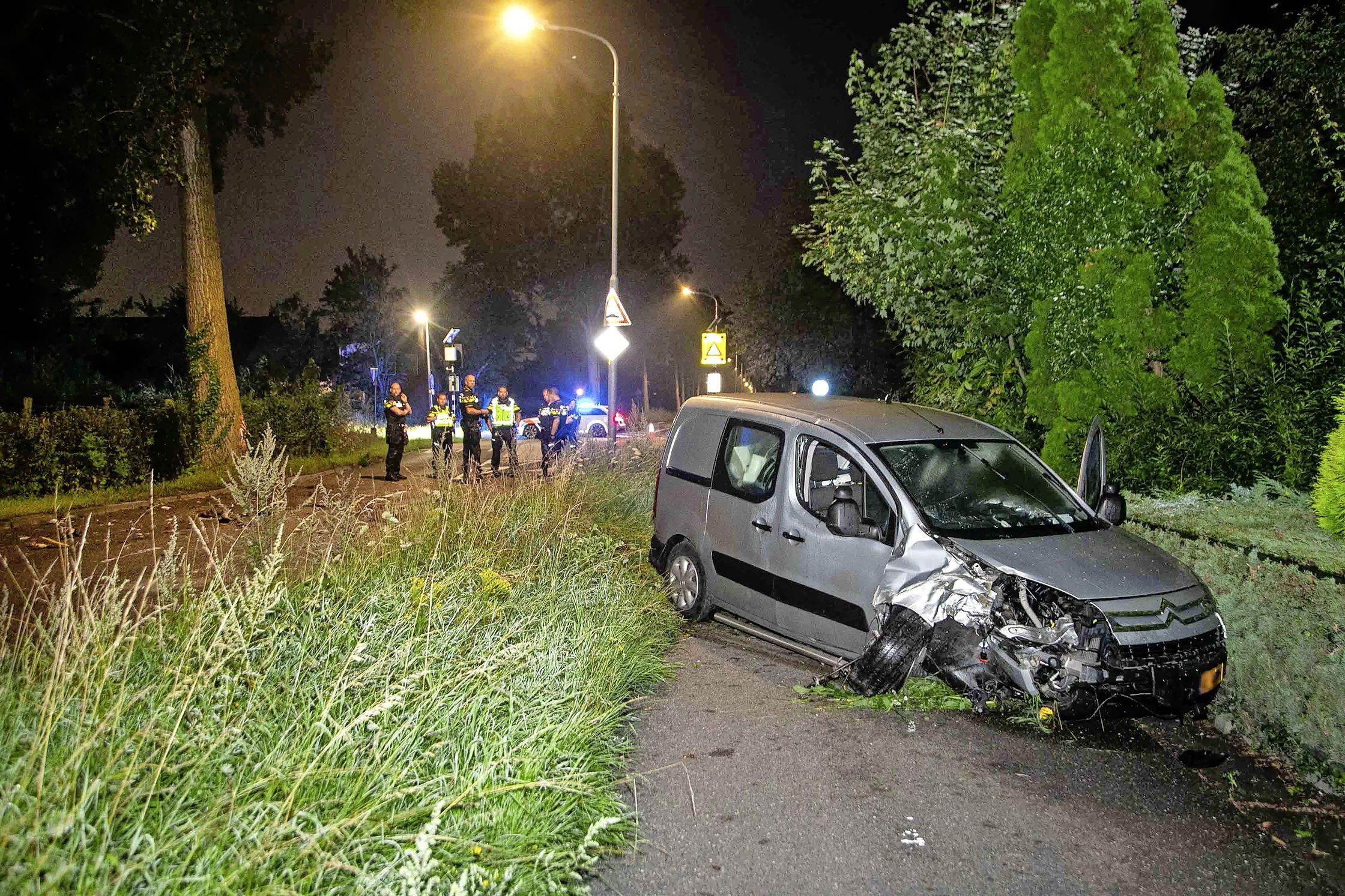 Bestuurder crasht tegen boom in Nieuw-Vennep en slaat op de vlucht