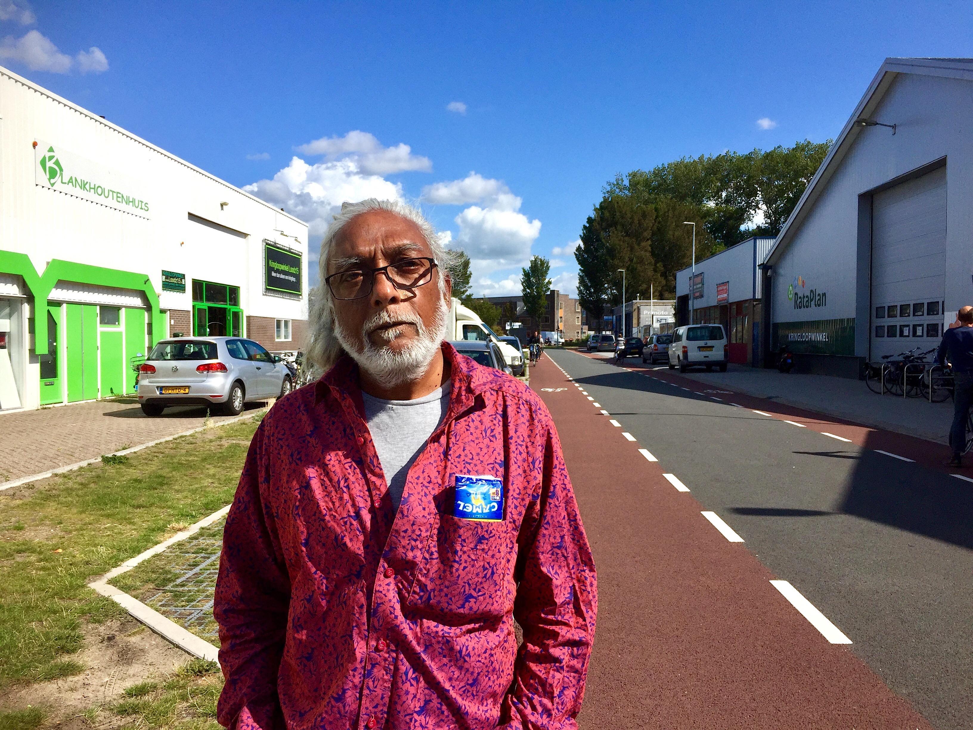 Onderweg: Benji heet de man met het lange grijze haar en de Indiase roots. Achternaam overbodig, al z'n vrienden in Alkmaar kennen hem zo
