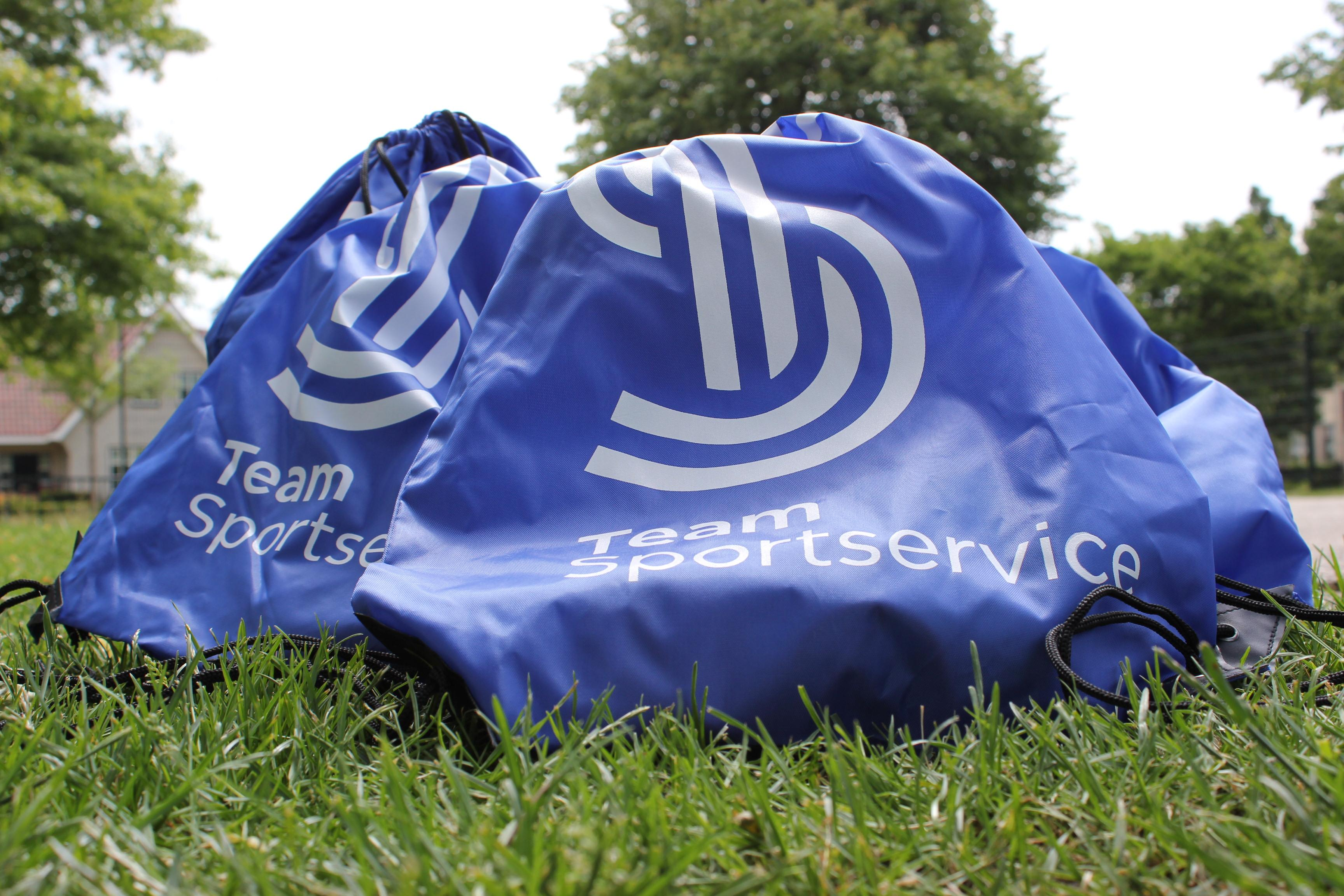 West-Friese kinderen uit gezinnen met een kleine beurs hoeven zich deze zomervakantie niet te vervelen: Team Sportservice deelt 'beweegtasjes' uit