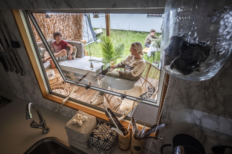 Op vakantie dichtbij huis: Nadat Tum Maass uit Hoorn een keer op Camping Bakkum was geweest, moest en zou ze daar een eigen caravan hebben. Dat is gelukt. Ze heeft het interieur van haar caravan zelf opgeknapt.