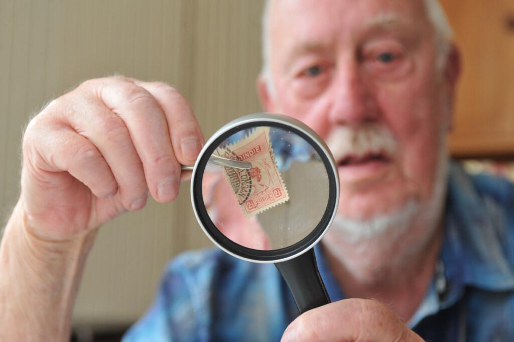 Joop Klaver koestert pareltjes van papier: verwoed verzamelaar (83) hoopt dat collectie van duizenden postzegels ook na zijn dood goed bewaard blijft