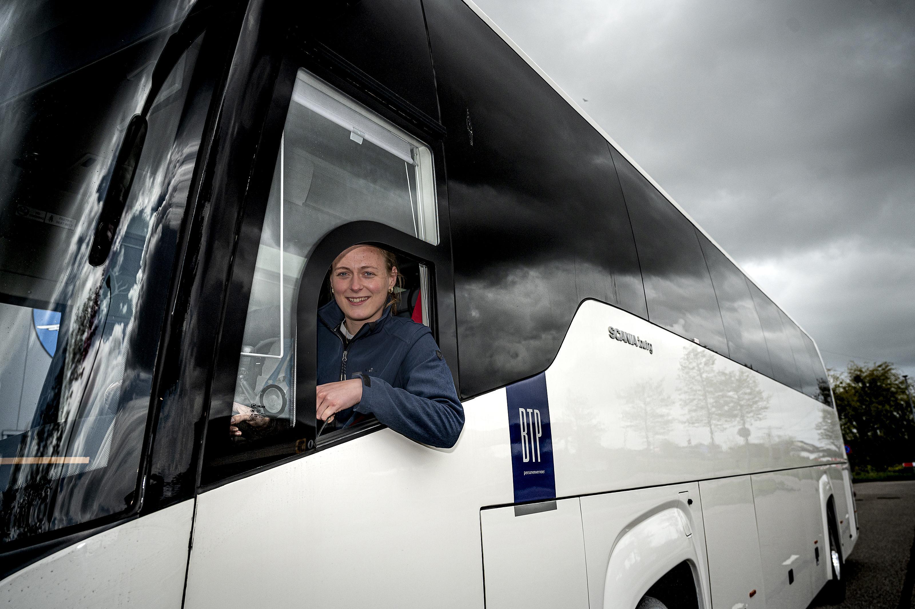 Femke neemt ouderen gratis mee op sleeptouw in haar nauwelijks gebruikte touringcar: 'De meeste zijn moederziel alleen'