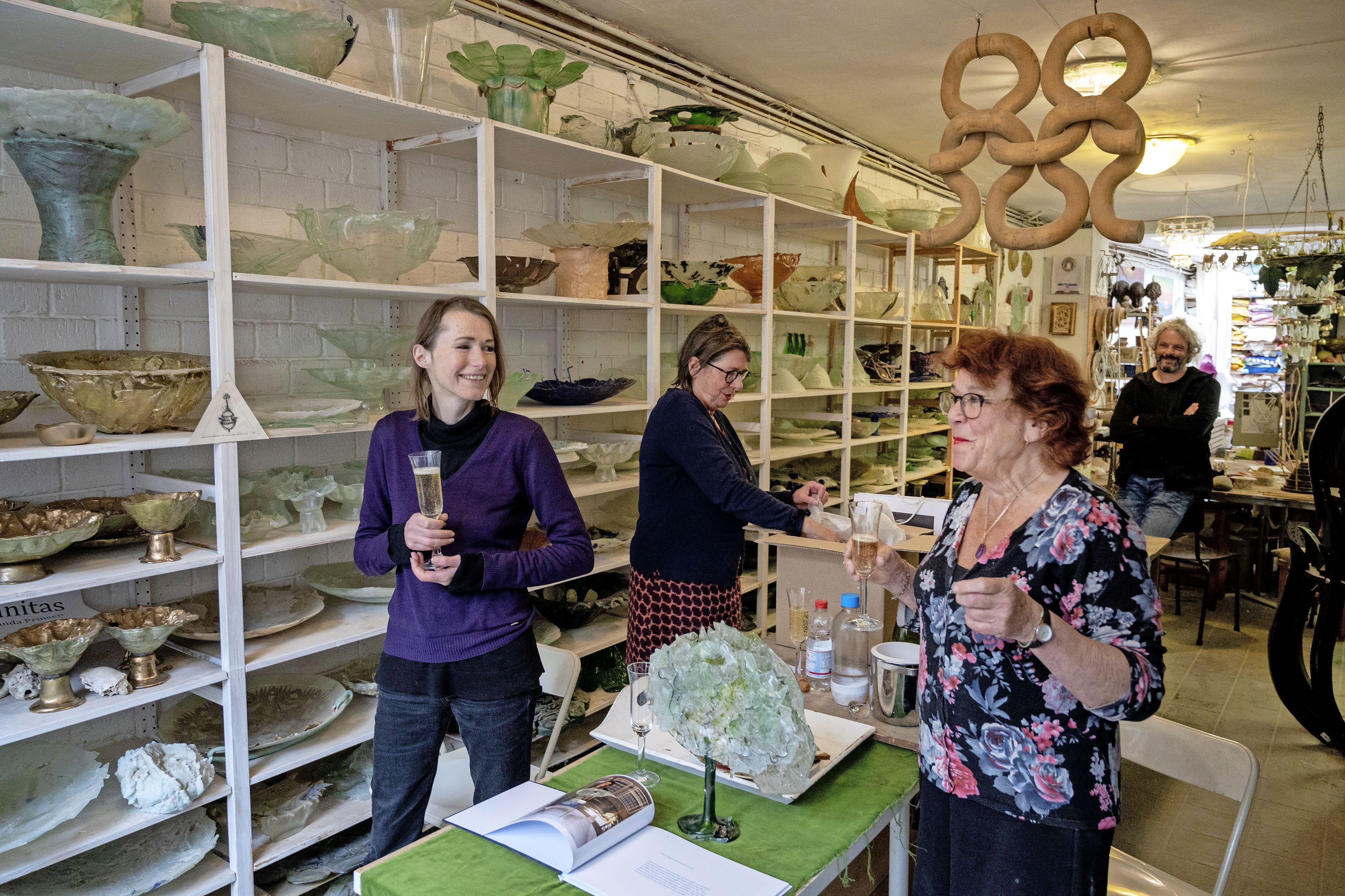 Staaltjes van troost en afleiding in de etalage van galerie de Tijd; Jolanda Prinsen en Sylvia Hubers verrukt als voorbijgangers even stilstaan bij hun werk