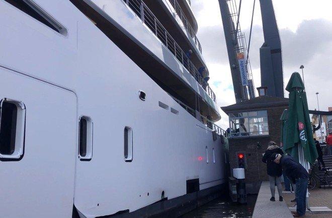 De reis van mega-jacht Viva door Alphen aan den Rijn opgemerkt door CNN: 'Je ziet niet elke dag een gigantisch superjacht door de smalle grachten van Nederland slingeren'
