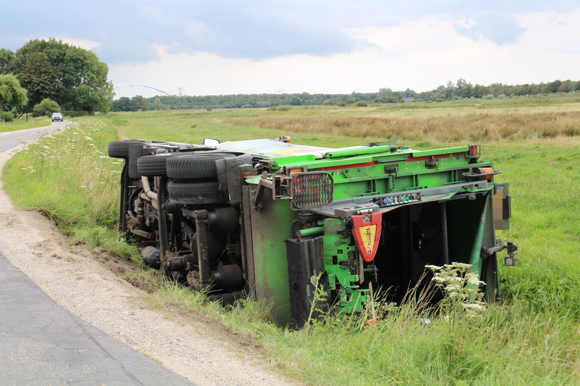 Vrachtwagen belandt op zijn kant in greppel tussen Naarden en Weesp