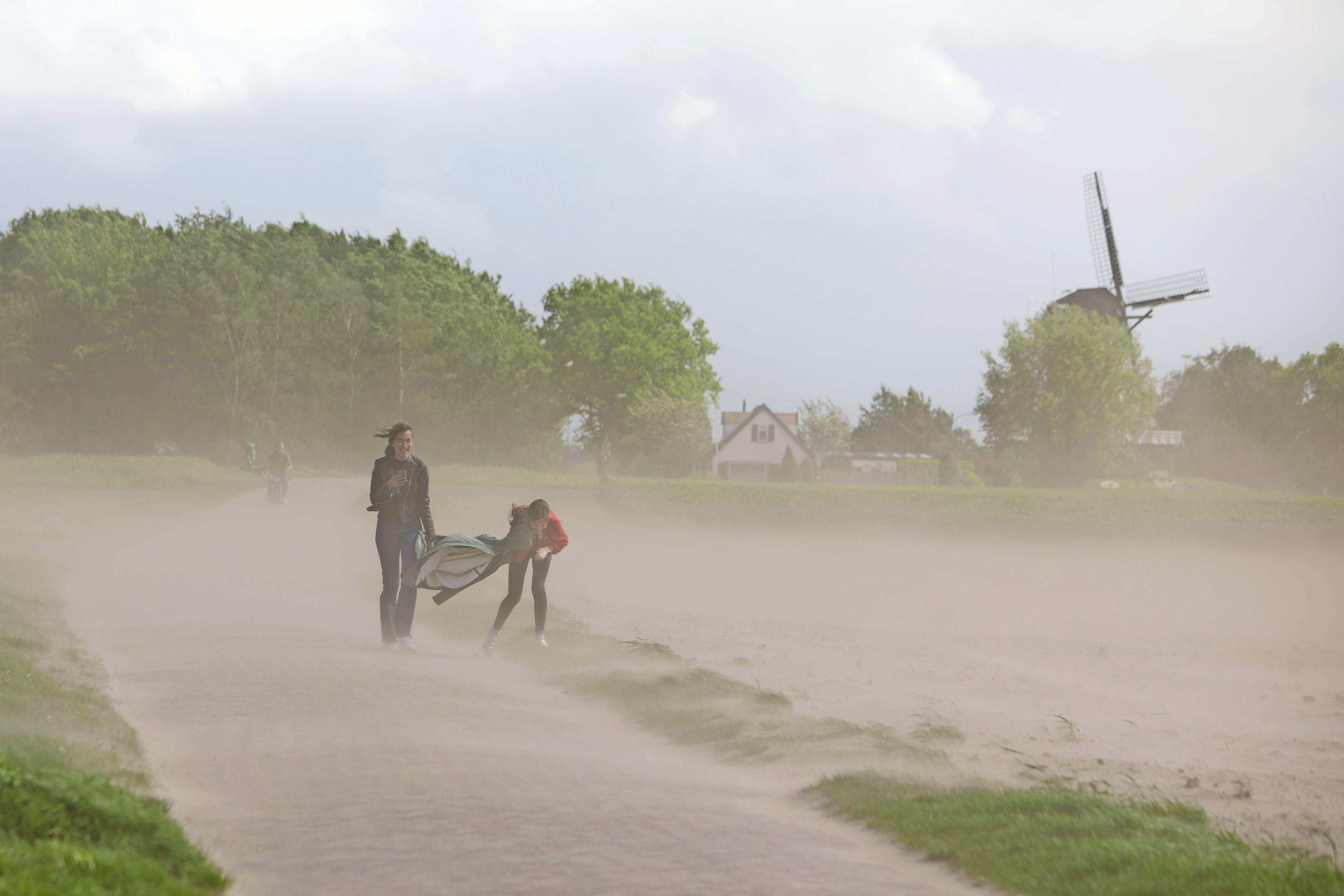 Compleet gezandstraald op de Soester Eng; wegwaaiend zand tot in de Eempolder te voelen