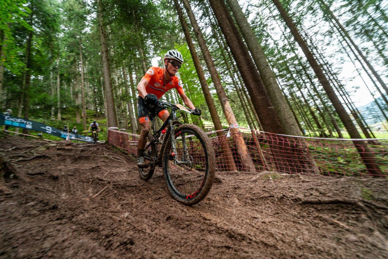 Ian Schumacher (19) glibbert naar de finish op zijn eerste WK mountainbiken: 'Ik ben een paar keer hard onderuit gegaan'
