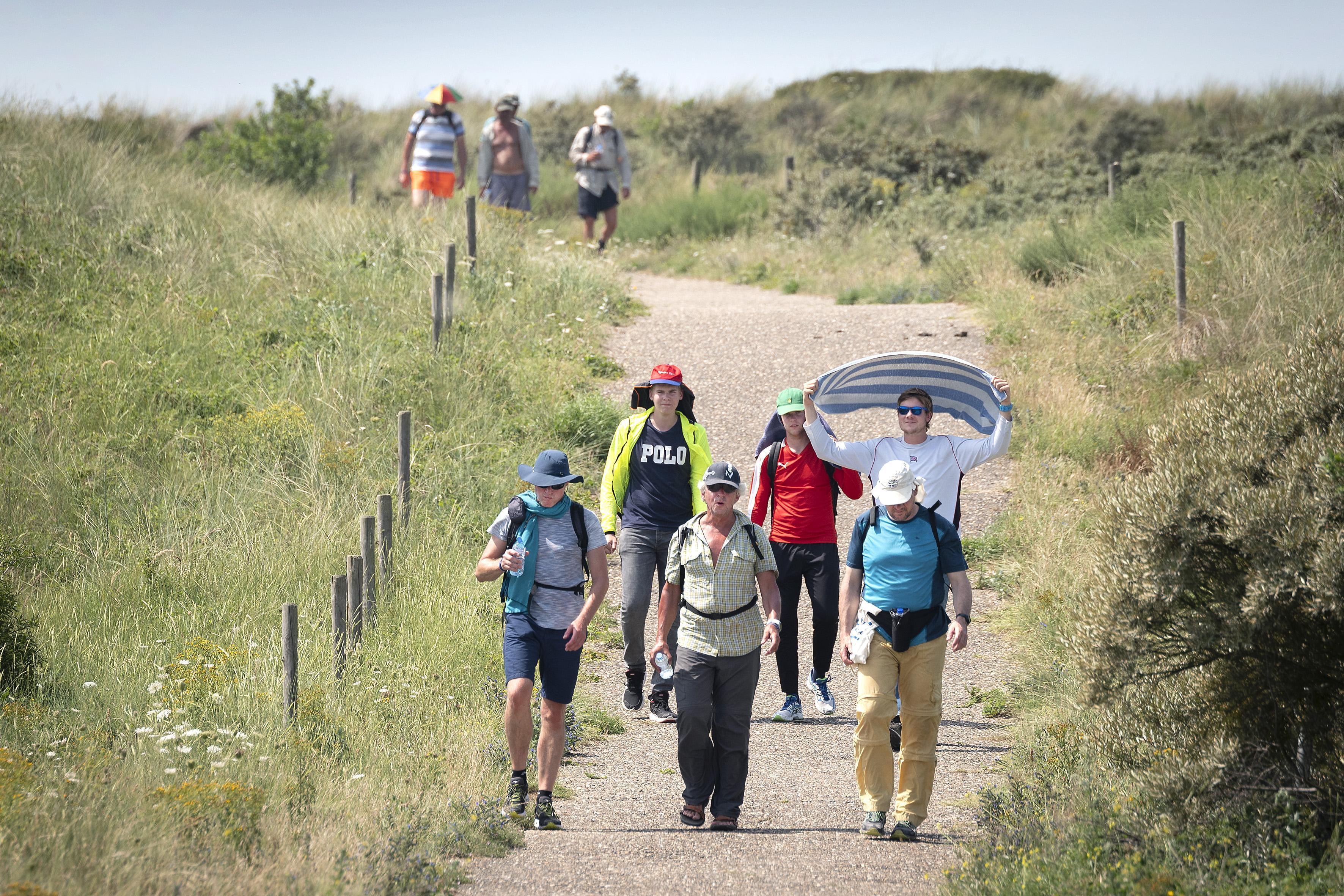 Wandelaars Strandzesdaagse trotseren samen de hitte in IJmuiden aan Zee
