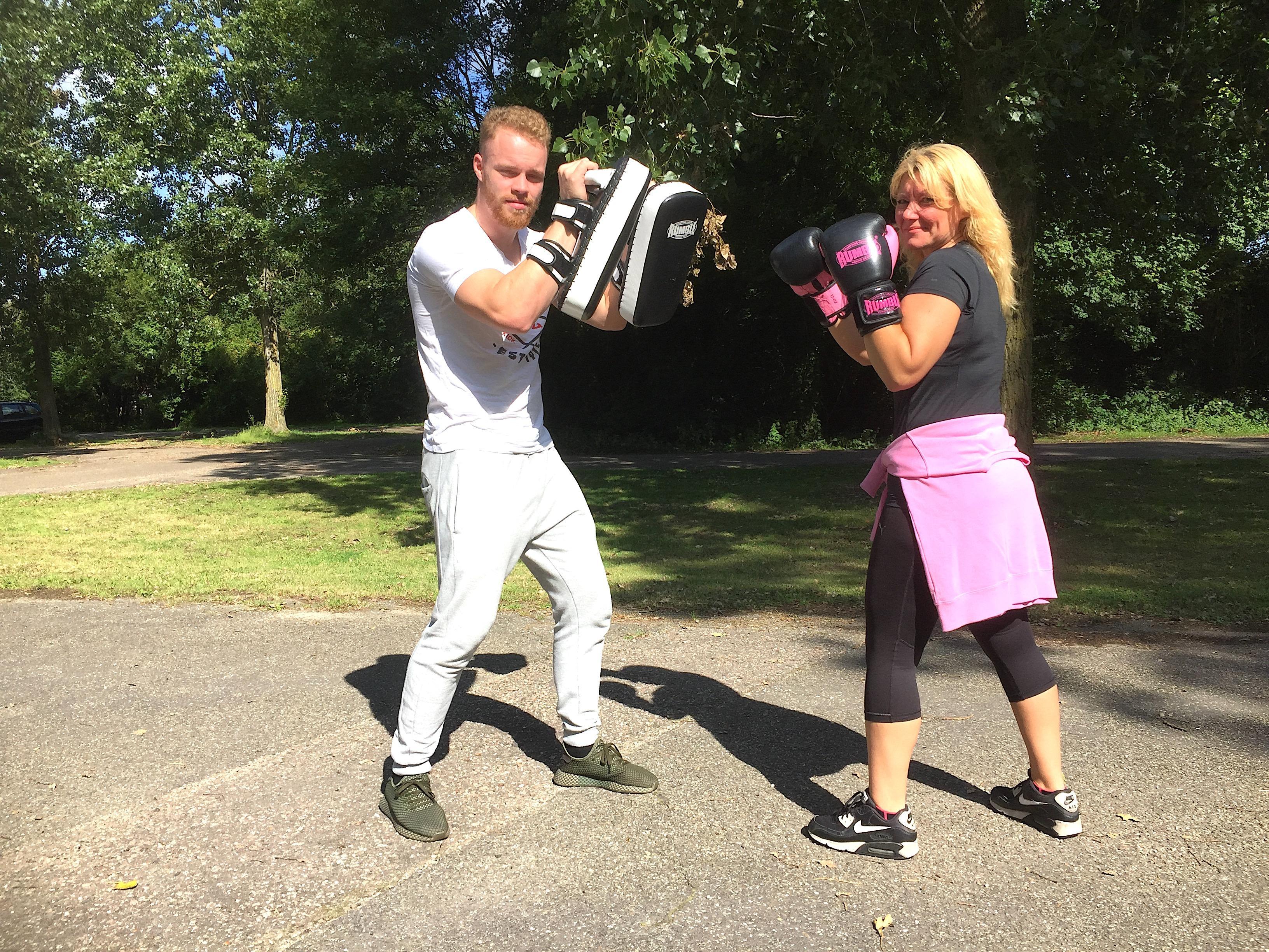 Onderweg: 'Lekker intensief' is de kickbokstraining die Andrea Tuinman krijgt van personal trainer Quincy Sijpenhof. De training heeft haar leven veranderd
