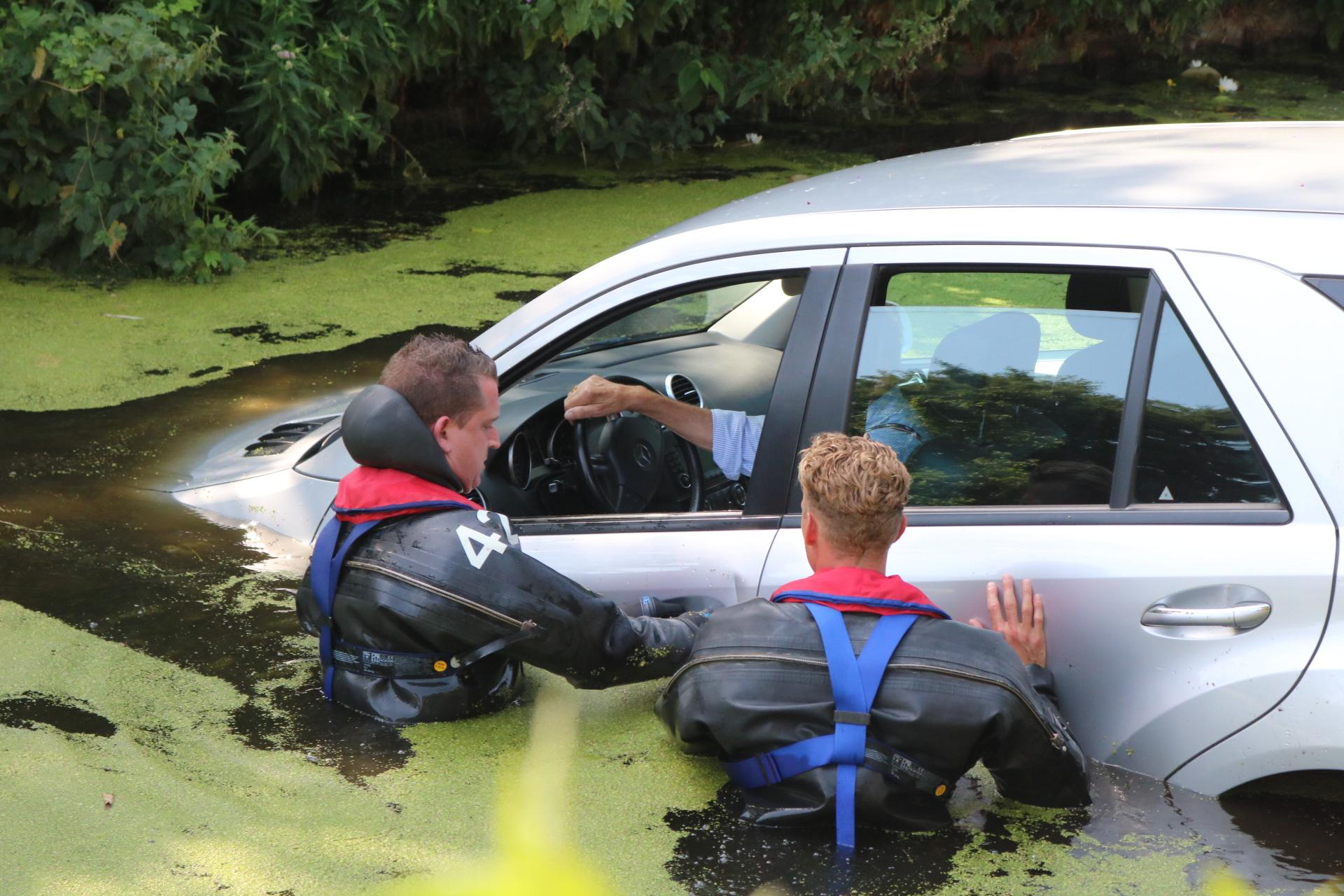 Auto te water in Voorhout, brandweer redt bestuurder