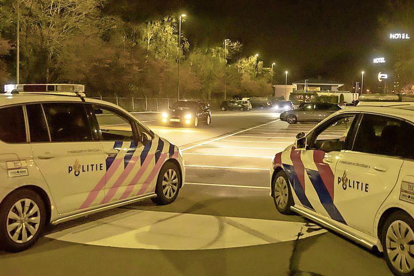 Politie grijpt in bij grote samenkomst op parkeerterrein station Bussum Zuid