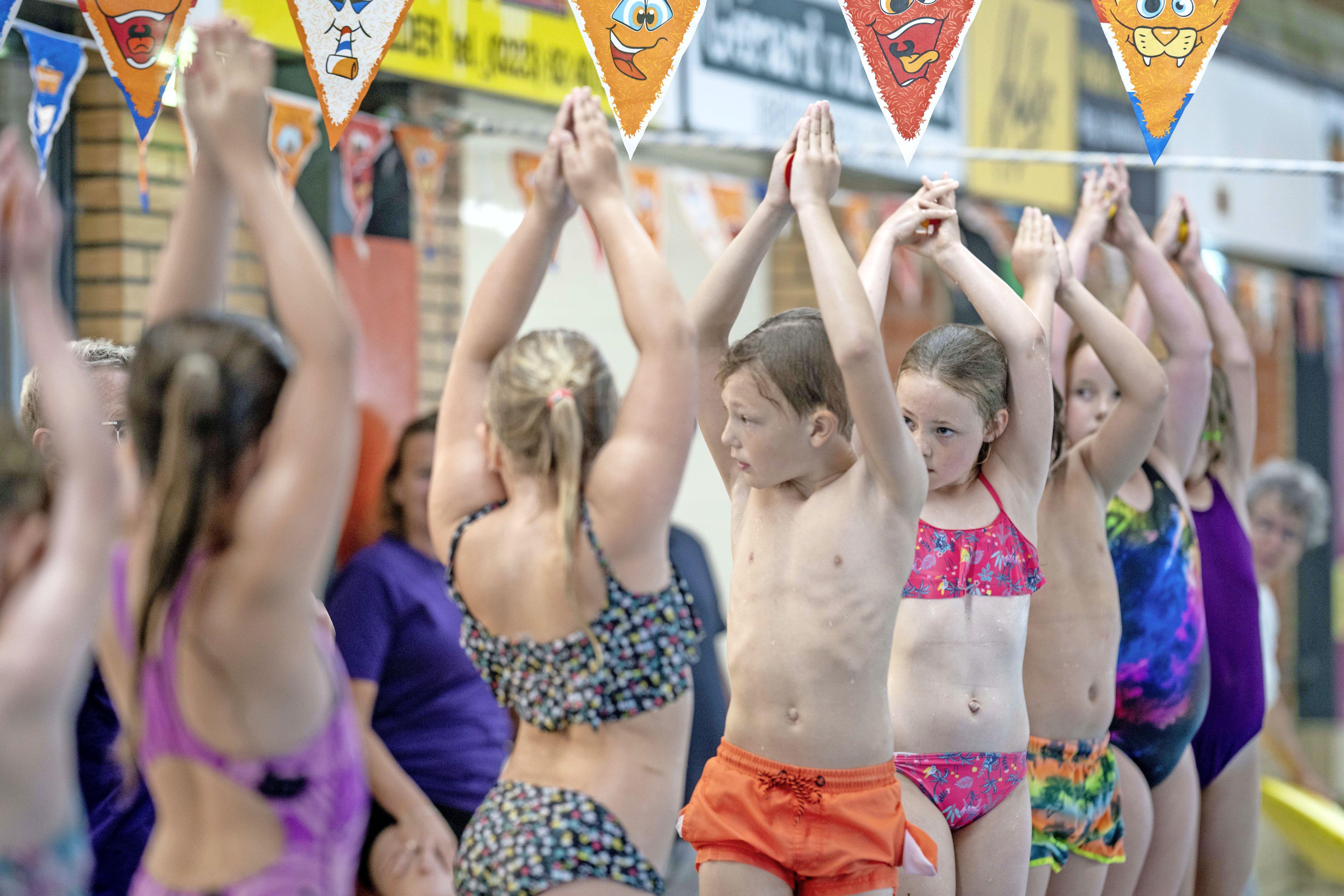 'Vandaag gingen we kopje onder.' Basisschool De Zandhorst doet na 12,5 jaar weer aan schoolzwemmen in Breezand, tot groot plezier van de leerlingen