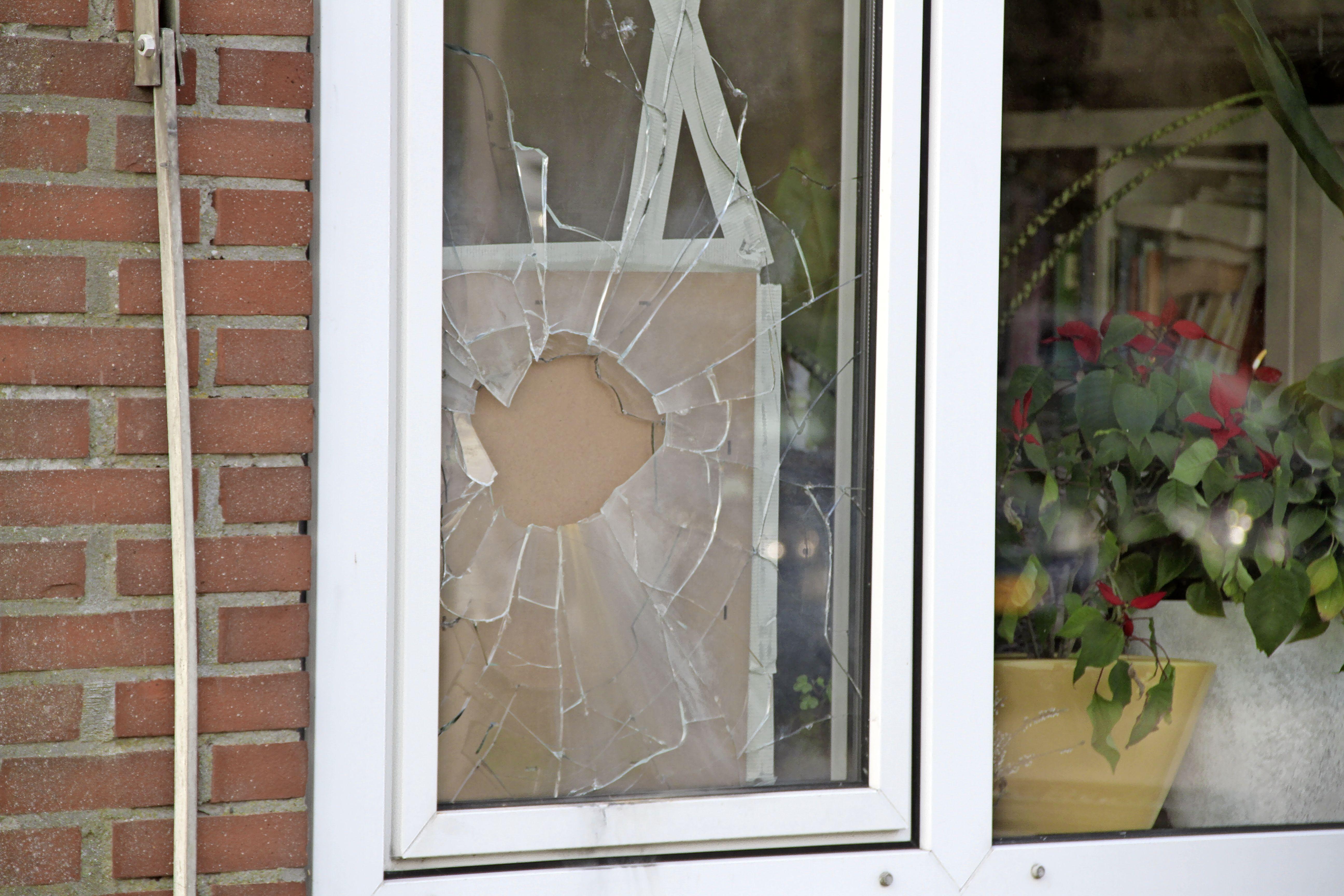 Vuurwerkbom vernielt het raam van CDA-raadslid Ben Zegeren op Texel. 'Dit is de derde keer dat het gebeurt, dit moet een gerichte actie zijn'