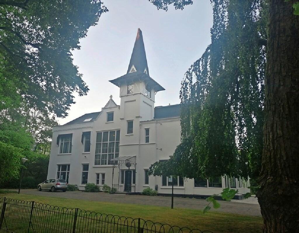 Baarnse familie koopt villa Medan met het karakteristieke torentje; 'Bijzonder dat een monumentale kantoorvilla weer bewoond gaat worden'