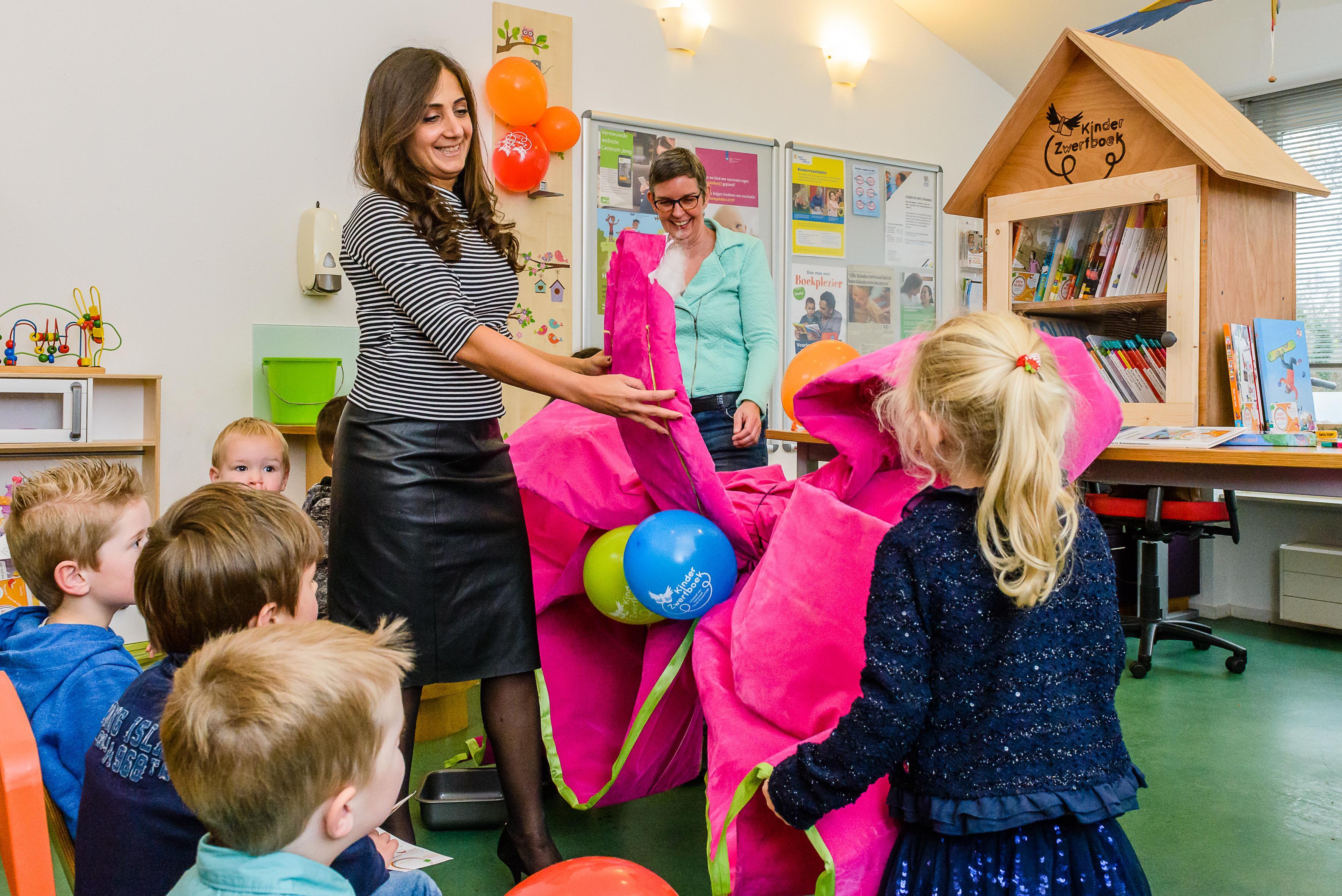 Wethouder opent kinderzwerfboekstations Poelenburg