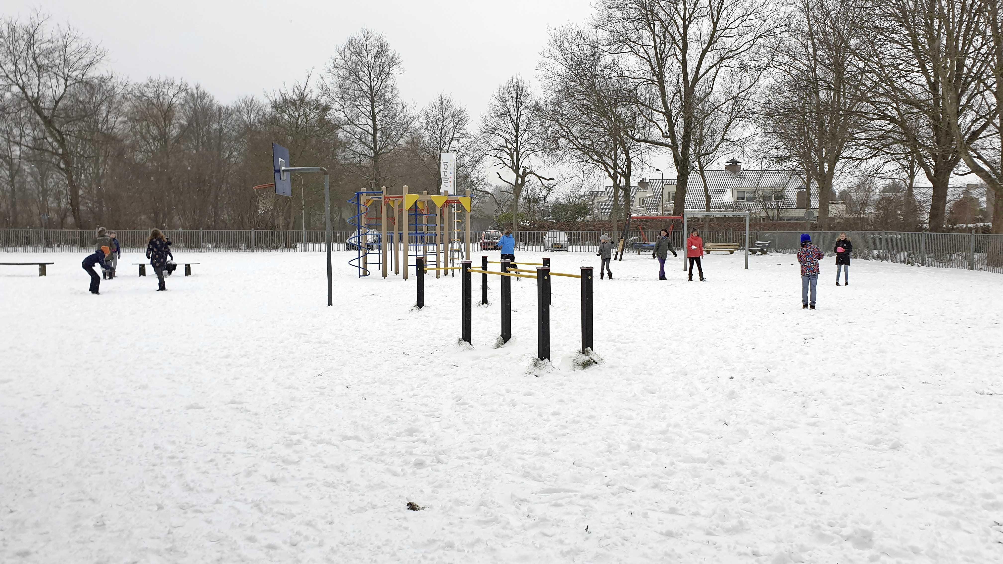 Meeste basisscholen dicht wegens sneeuw en gladheid maar leerlingen Castricumse scholen storten zich wél enthousiast in reünietje