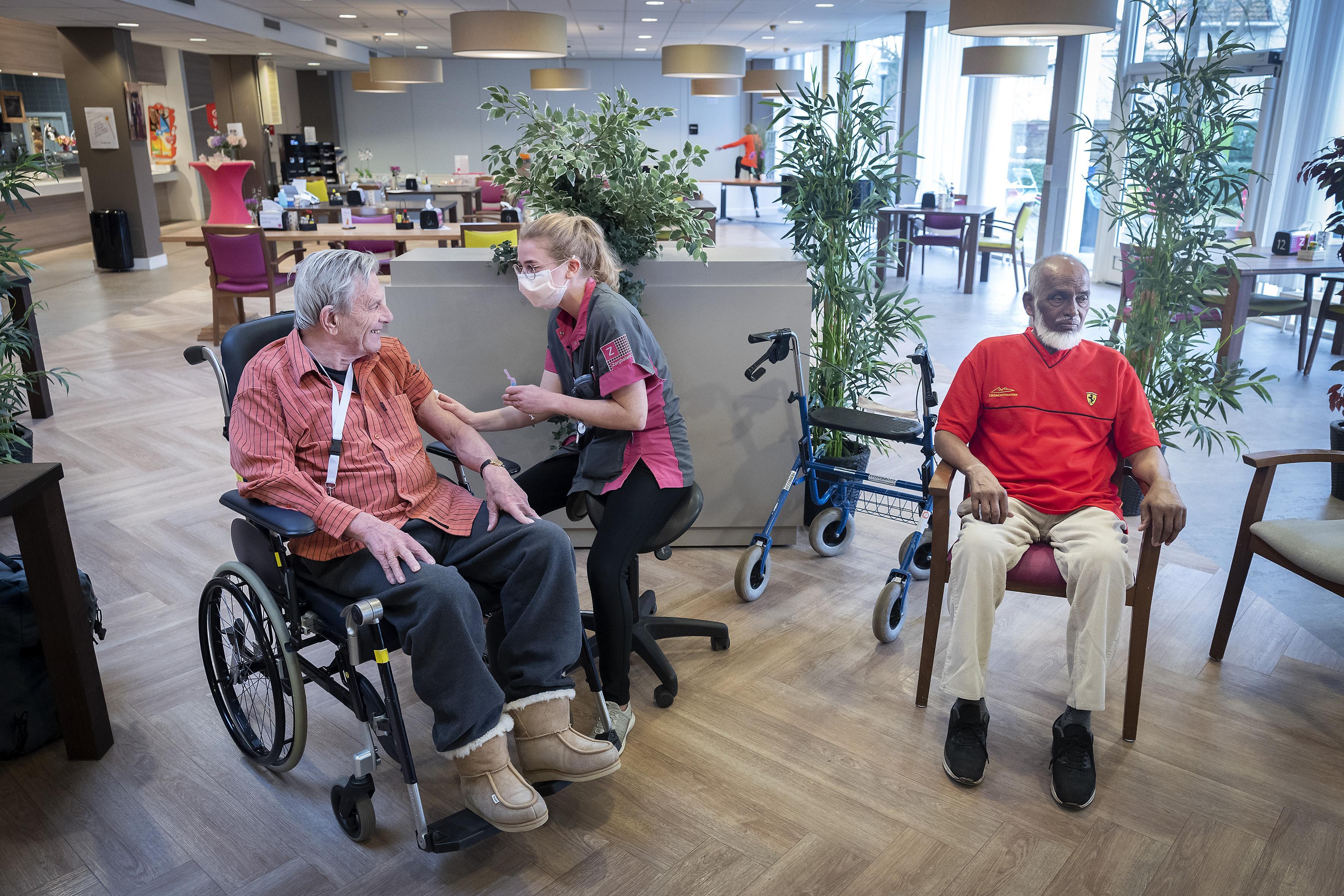 Eerste vaccinatie voor bewoners Haarlems verpleeghuis Zuiderhout. 'Ik voel me een beetje voorgetrokken'