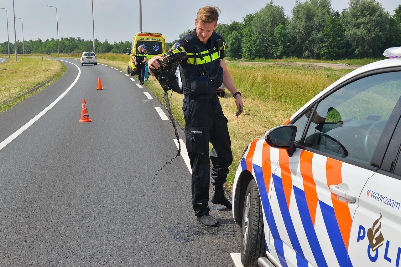 Agent en voorbijganger redden automobiliste uit prutsloot Zwaanshoek