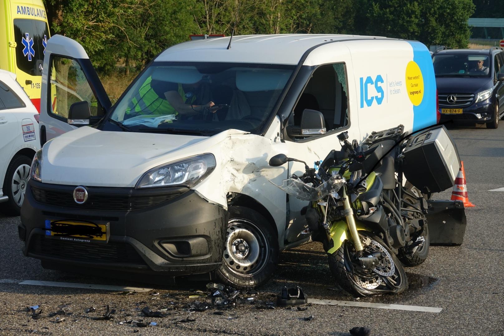 Motorrijder zwaargewond bij ernstig ongeval op afrit van A7 bij Middenbeemster