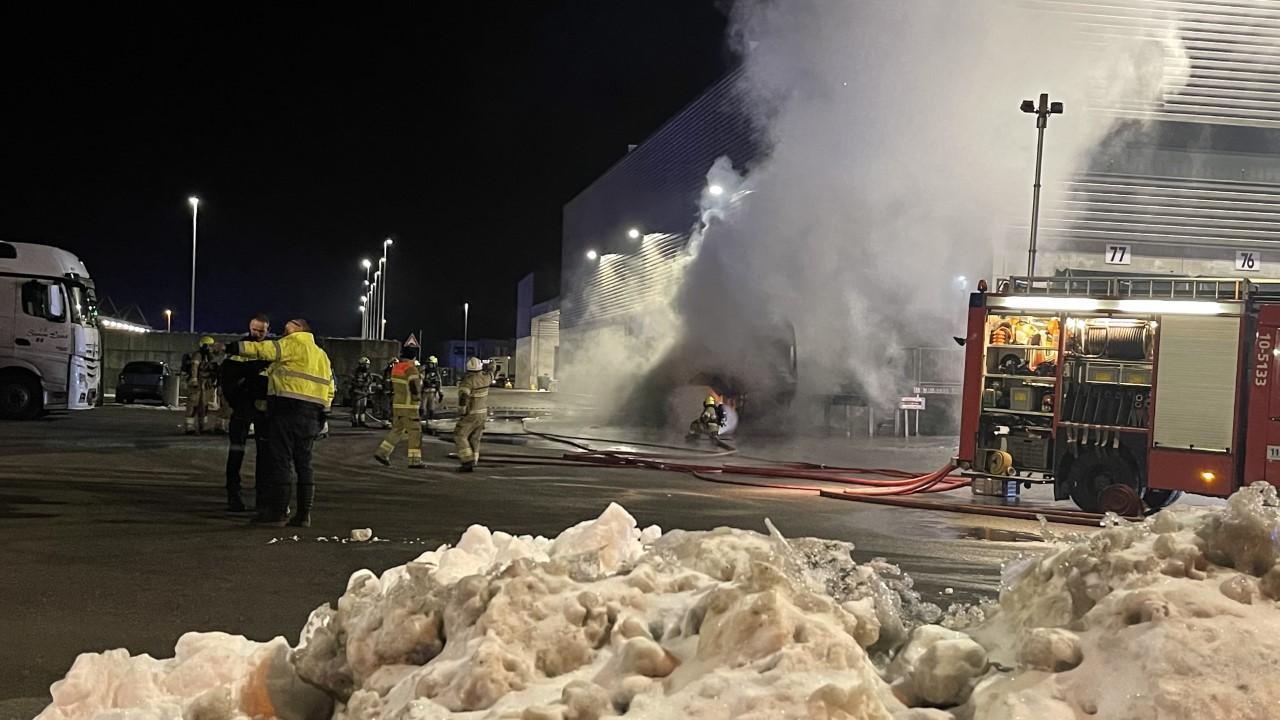 Vrachtwagen in brand bij distributiecentrum van Lidl in Zwaag