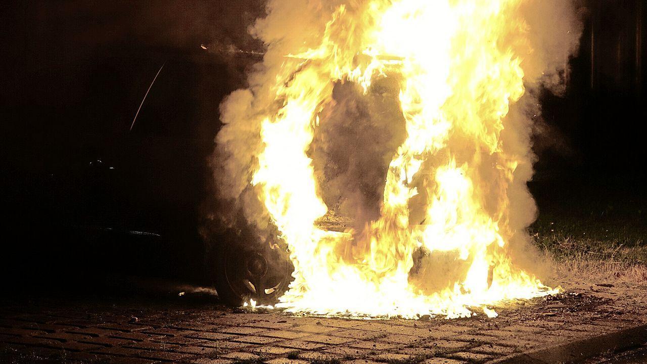 Geparkeerde auto volledig uitgebrand in Zwaag, politie sluit brandstichting niet uit